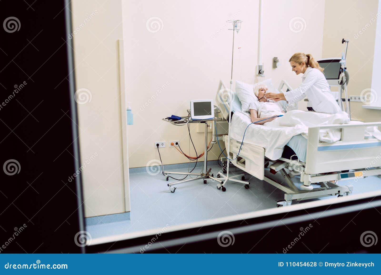 Kvinnlig portionpatient för medicinsk arbetare med respiratorisk service