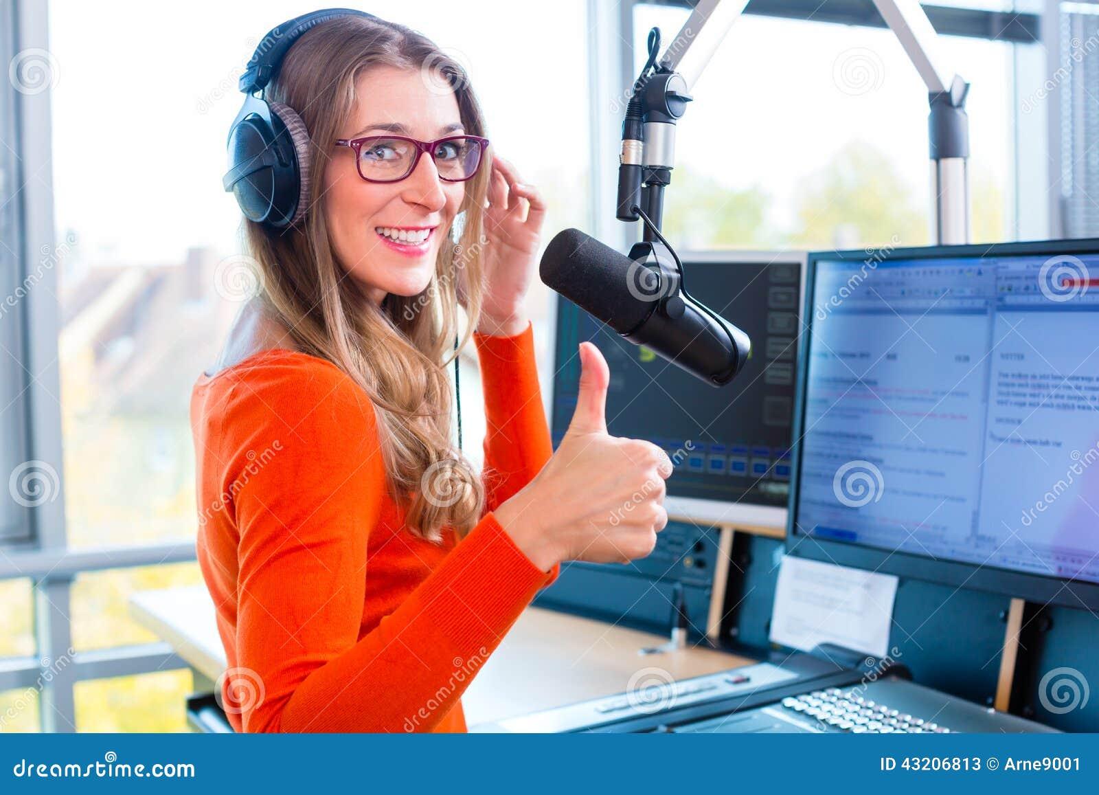 Download Kvinnlig Radiopresentatör I Radiostation På Luft Fotografering för Bildbyråer - Bild av headphone, program: 43206813