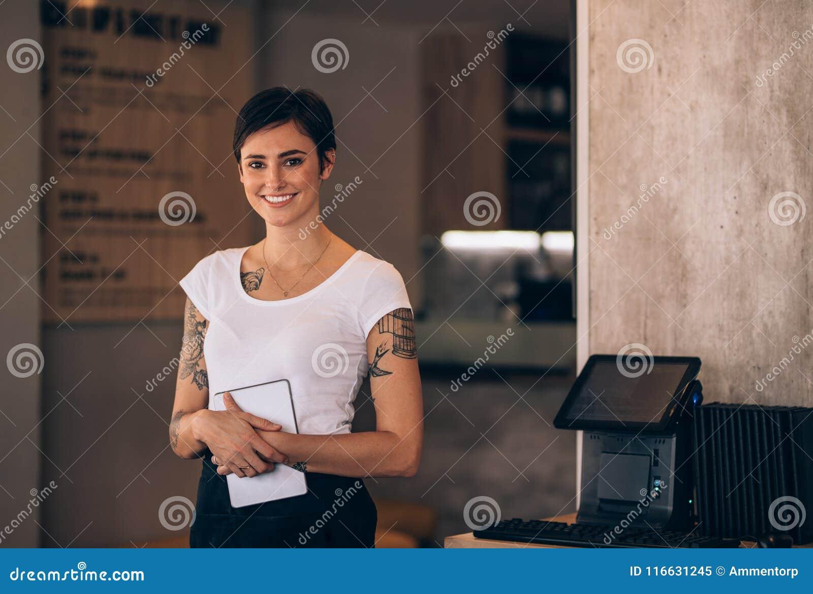 Kvinnlig servitris som arbetar i en restaurang