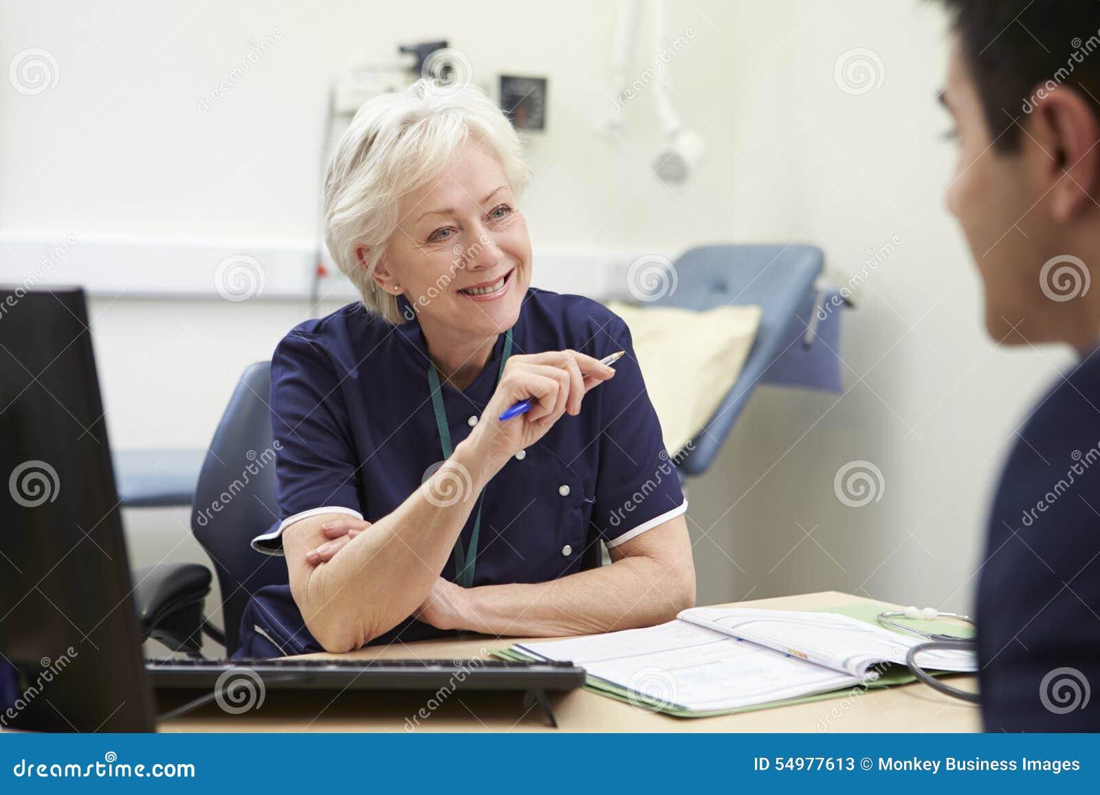 Kvinnlig sjuksköterskaMeeting With Male patient