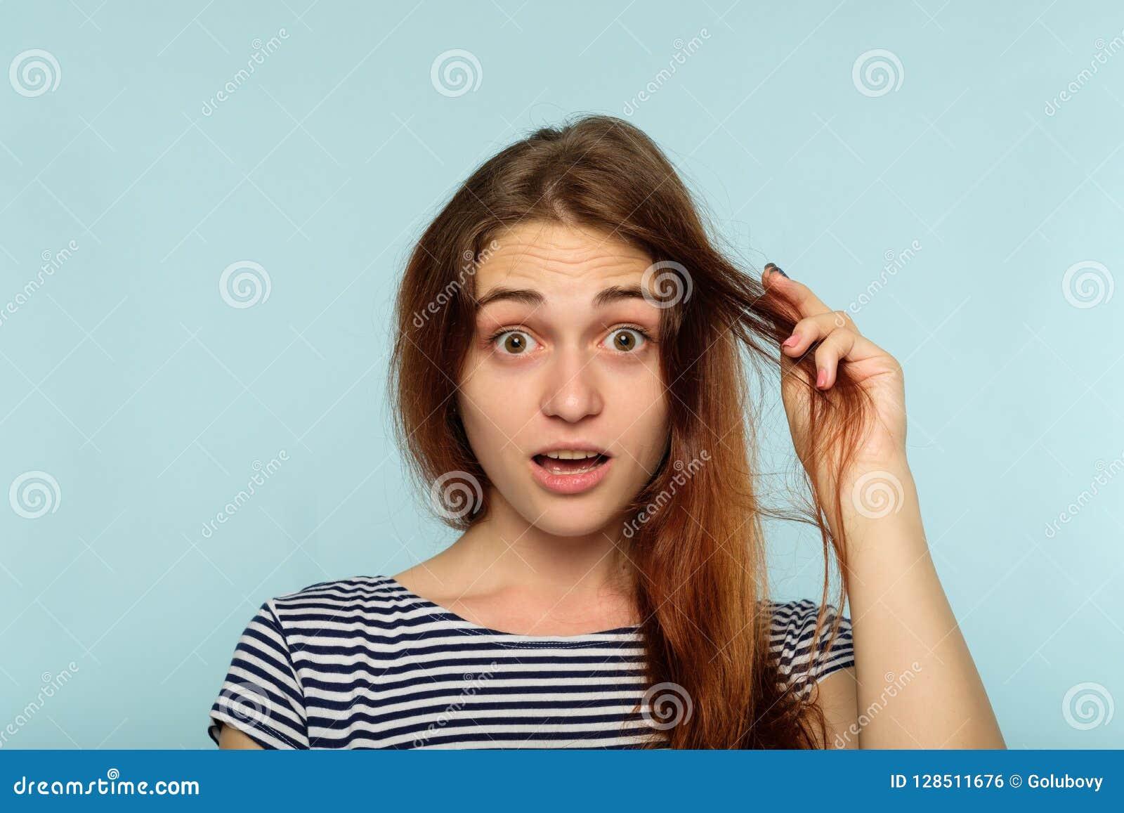 Kvinnlig skönhet för stil för hårproblem skada rufsad till
