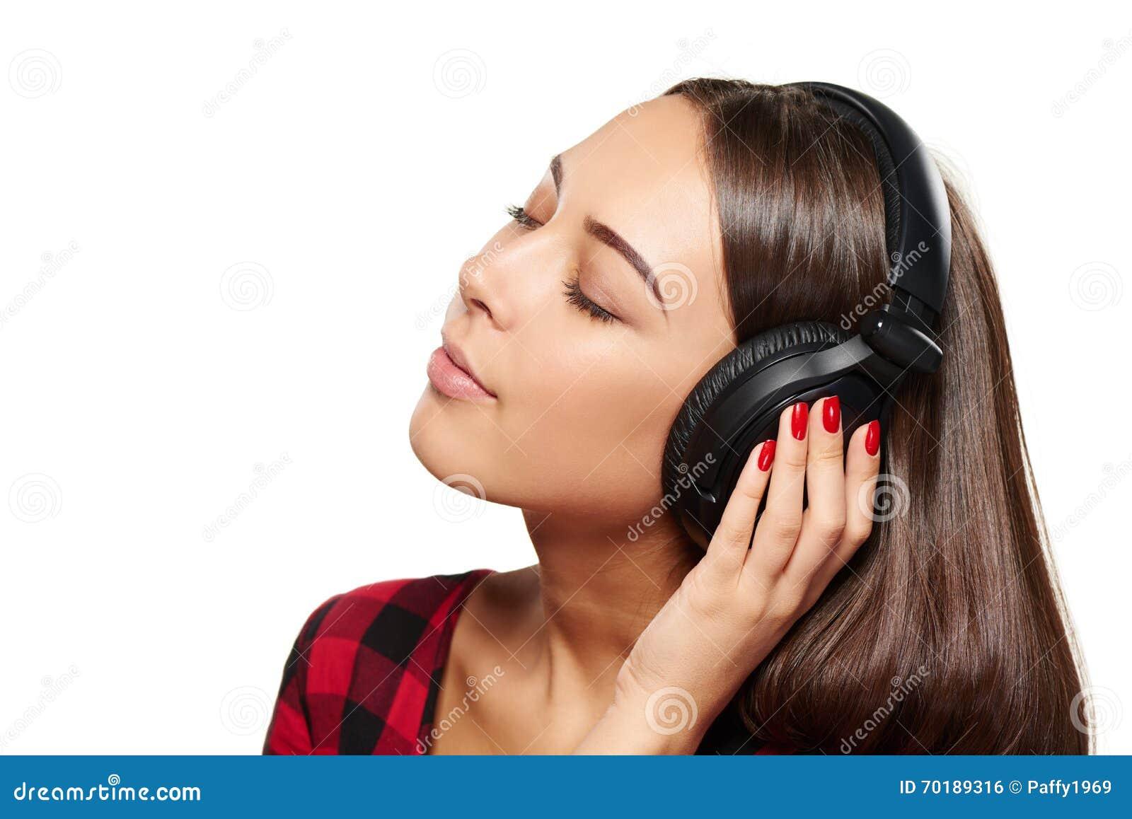 Kvinnlig som lyssnar tycka om musik i hörlurar med stängda ögon