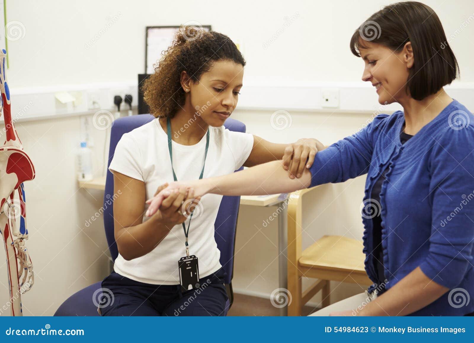 Kvinnlig tålmodig ha sjukgymnastik i sjukhus
