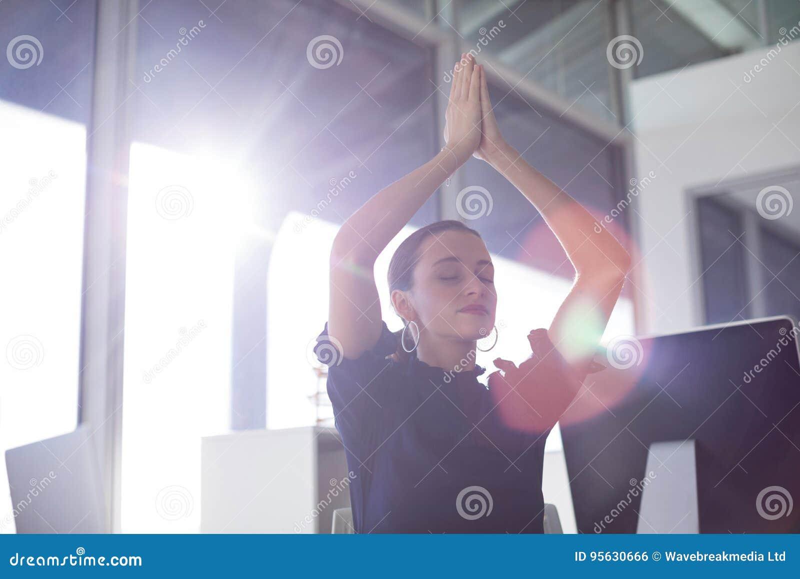 Kvinnlig utövande görande yoga
