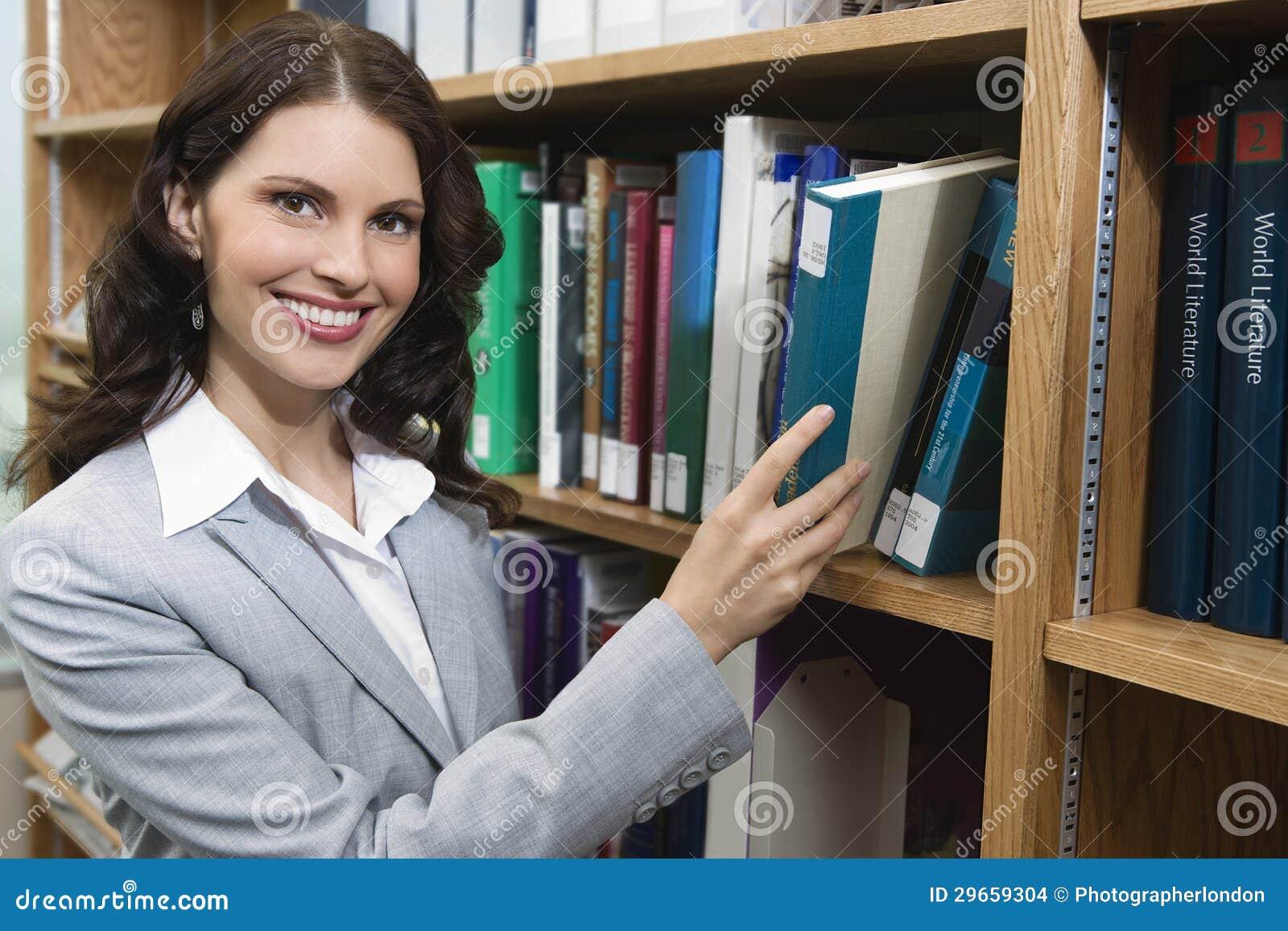 Kvinnlig väljande bok från hylla