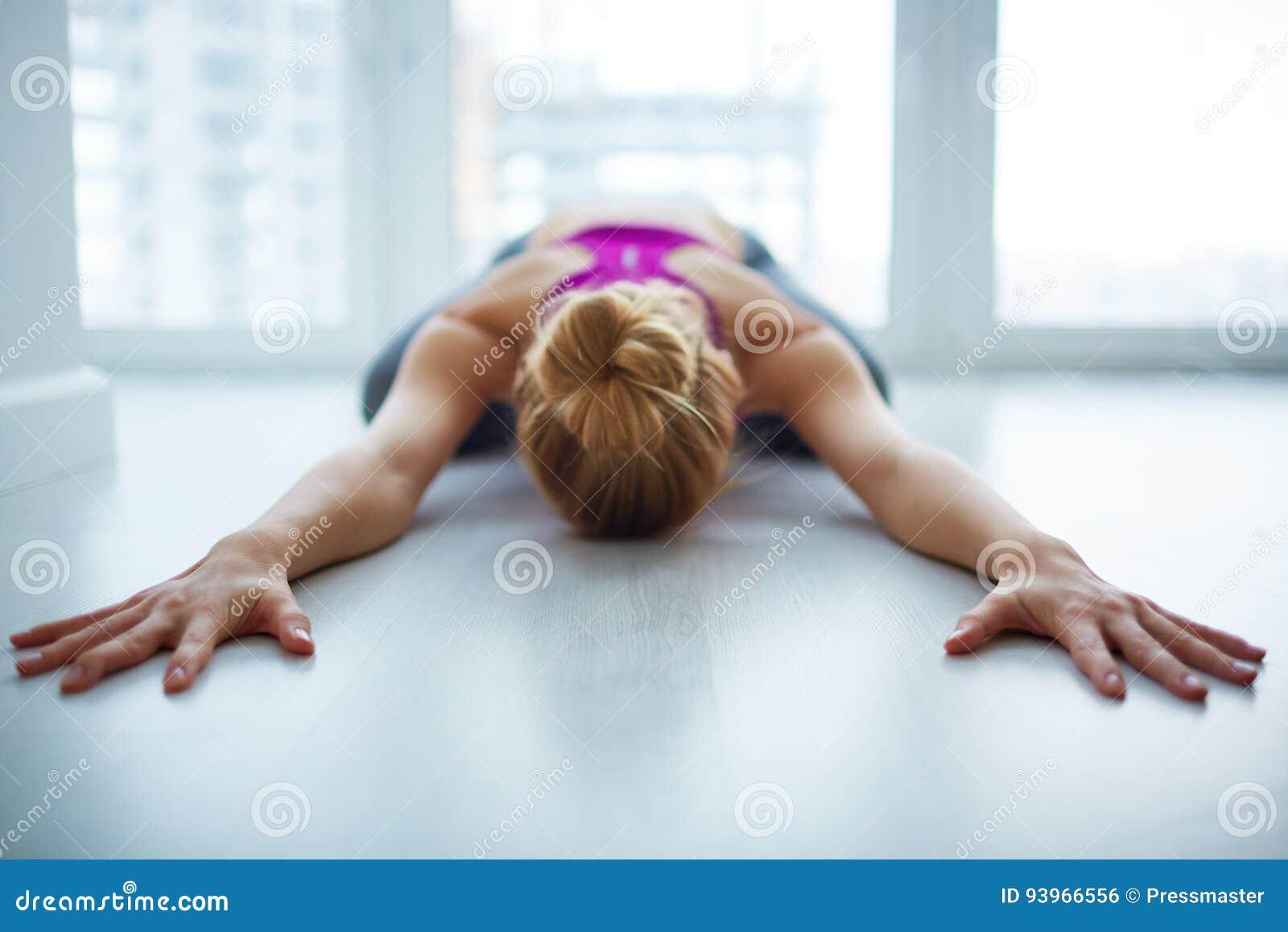 Kvinnlig yogi som hemma mediterar