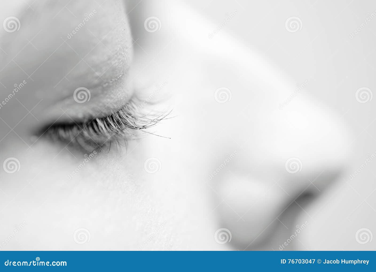 Kvinnliga ögonfrans i svartvitt