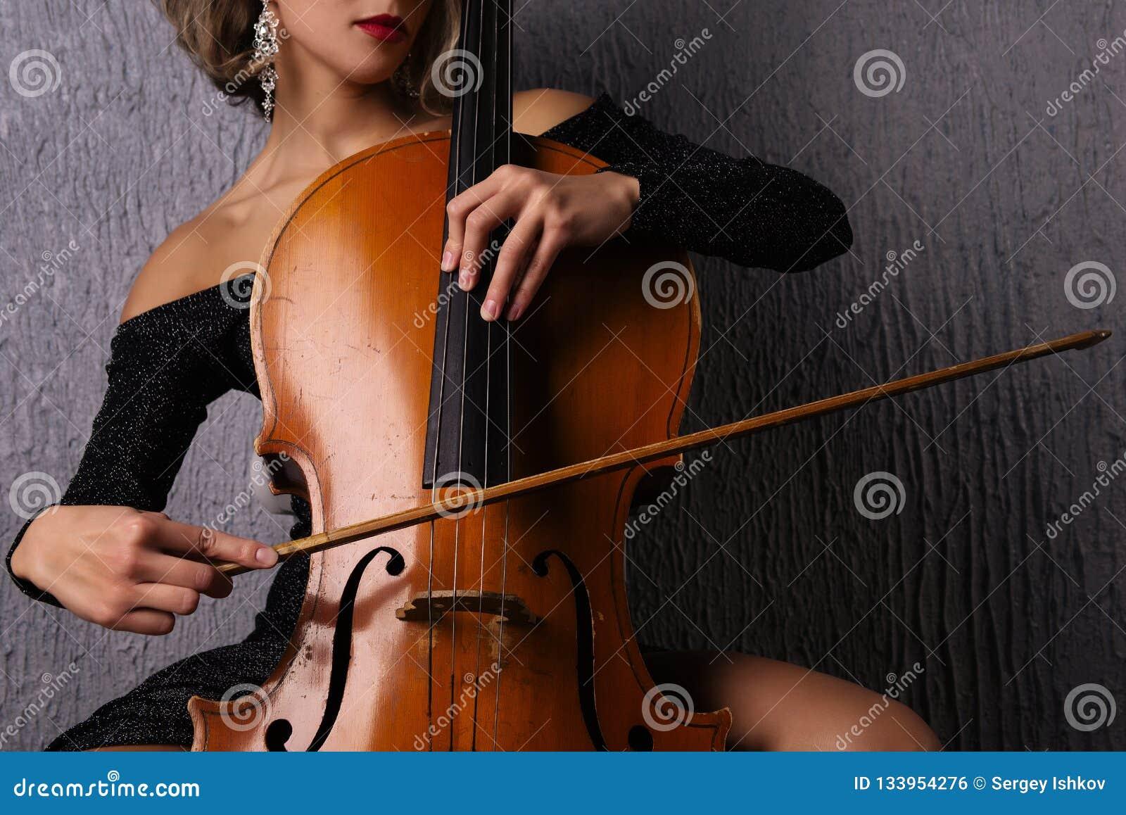 Kvinnliga händer med en pilbåge på violoncellrader