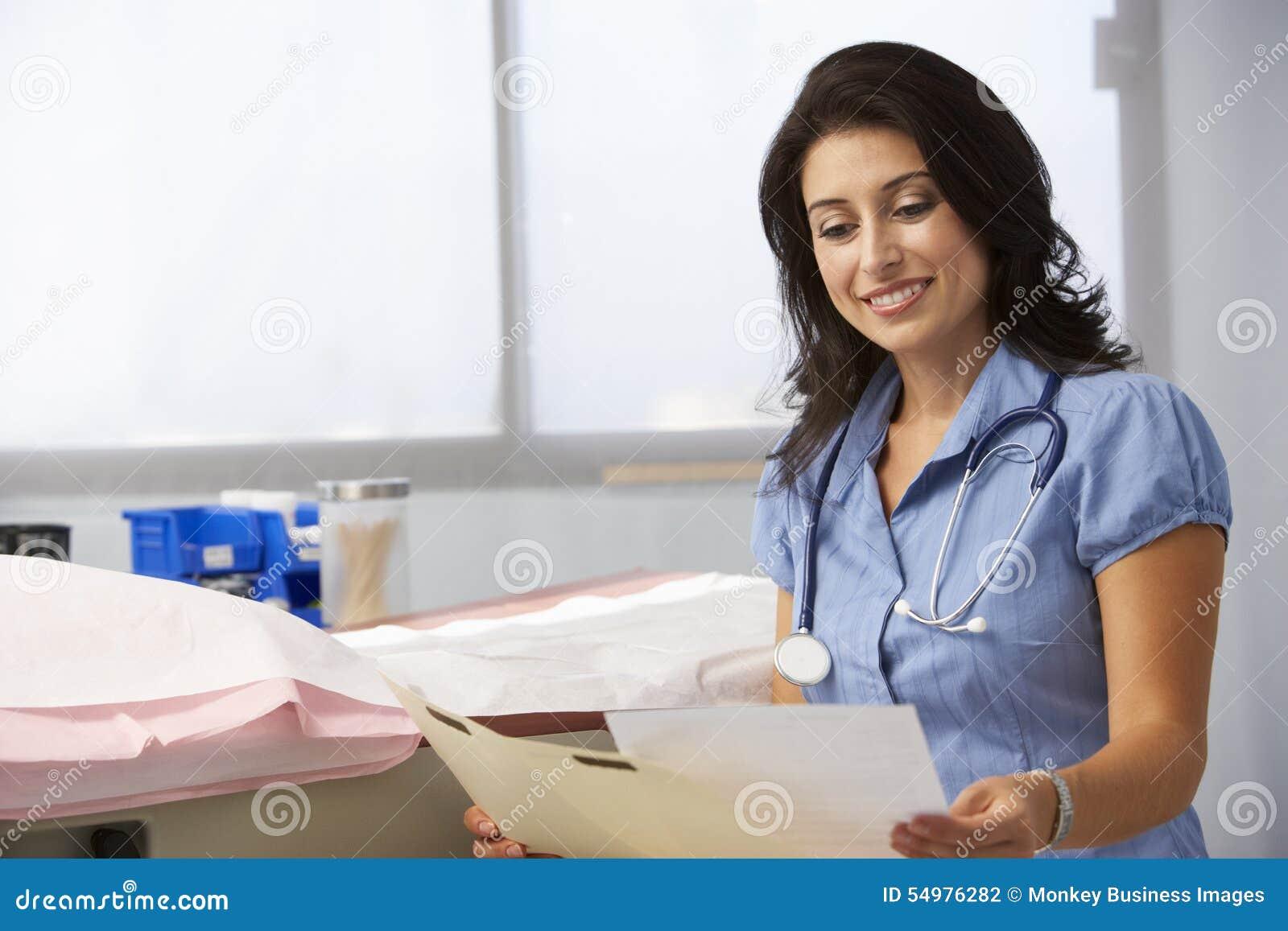 Kvinnliga patientanmärkningar för doktor In Surgery Reading