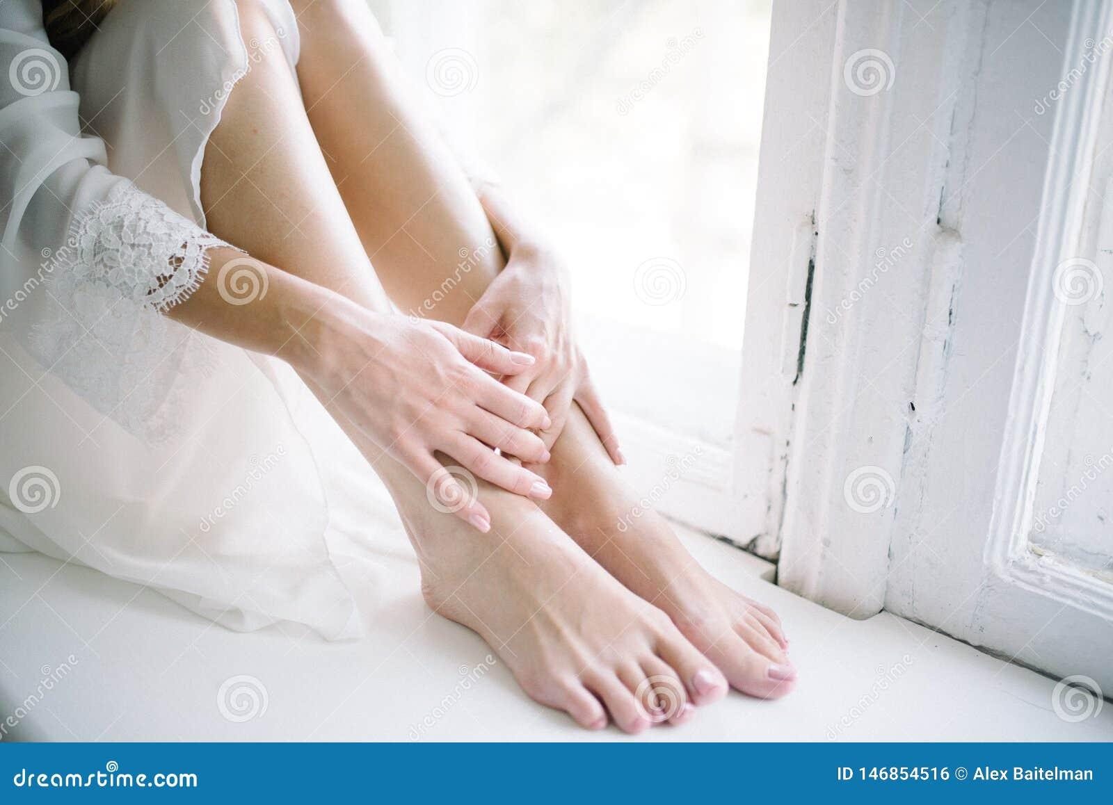Kvinnliga sl?ta rakade ben st?nger sig upp applicera genomskinlig fernissa f?r omsorgshud