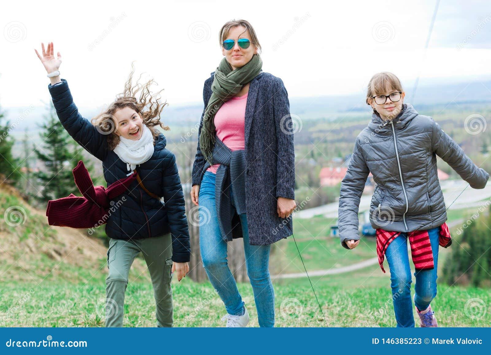 Kvinnliga turister som når överkanten - fulländande lång stigande tur