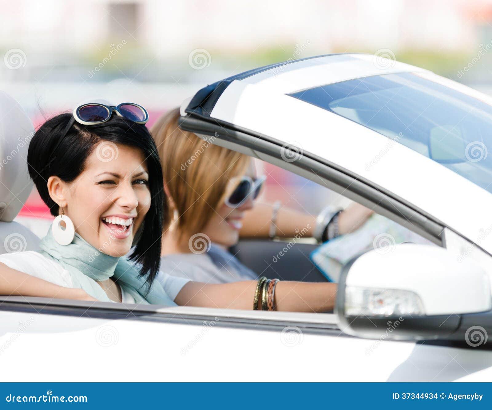 Kvinnliga vänner i bilen