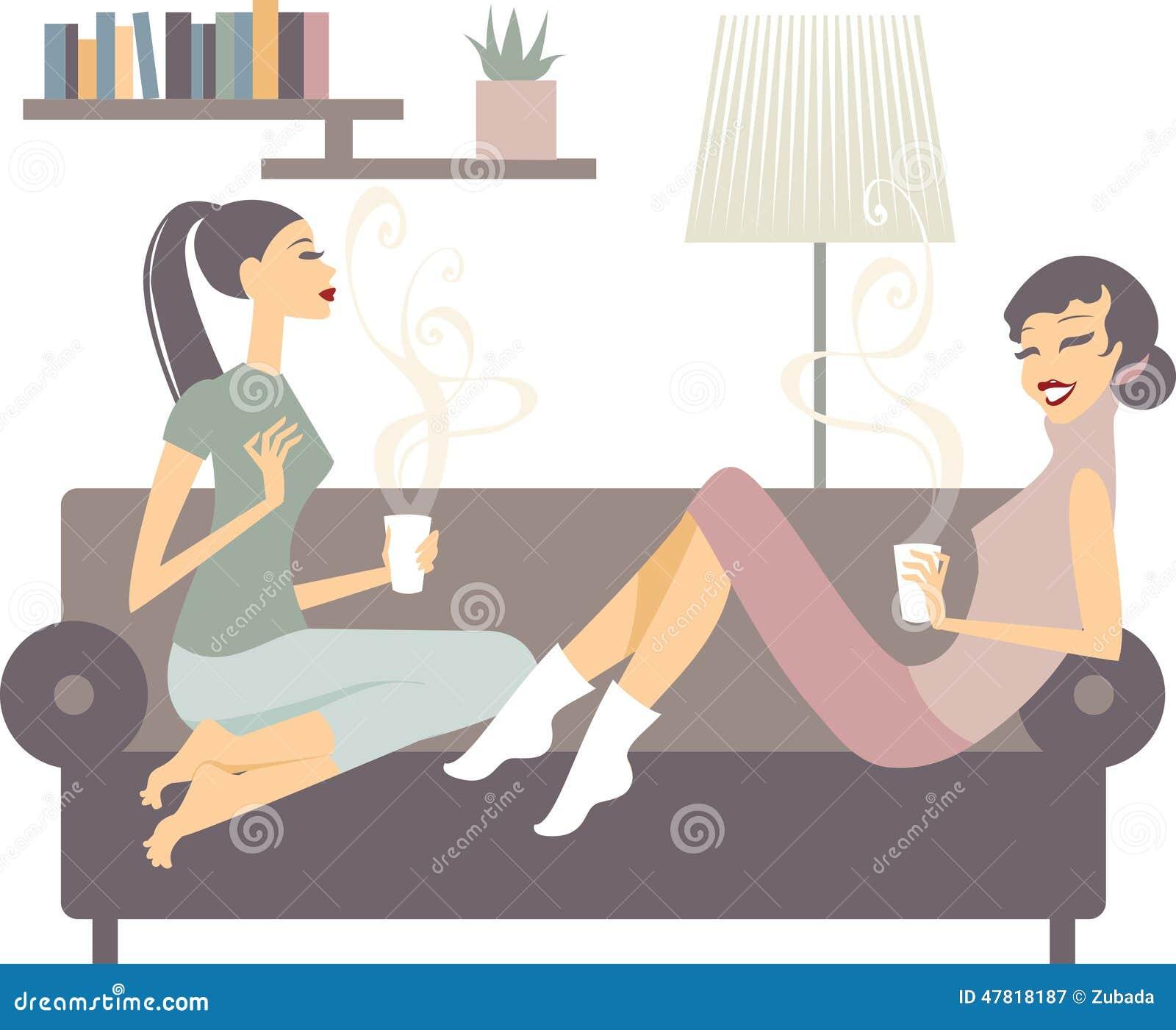 Kvinnliga vänner med kaffekoppar som hemma talar