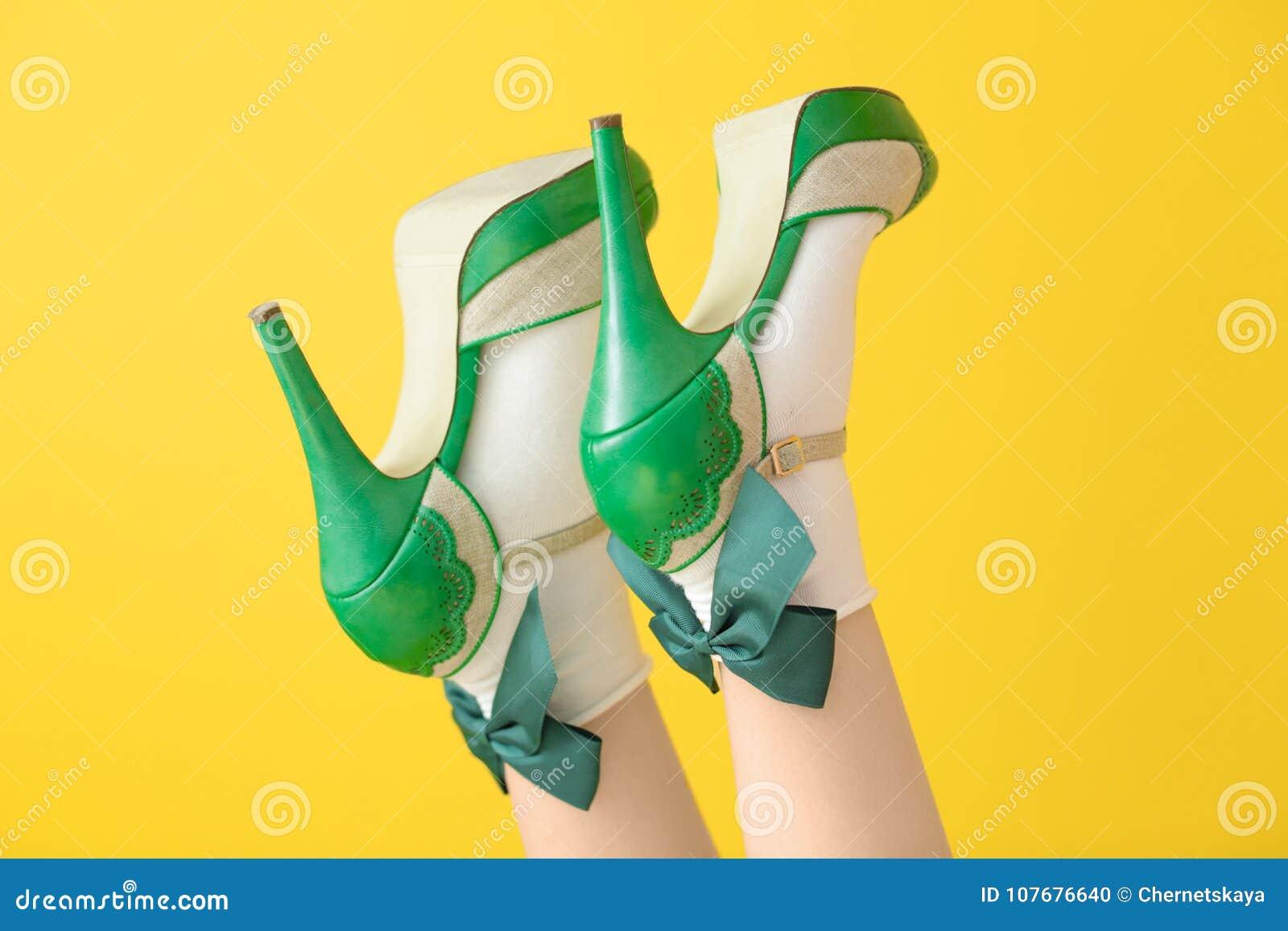 Kvinnligben i grön hög häl skor och sockor