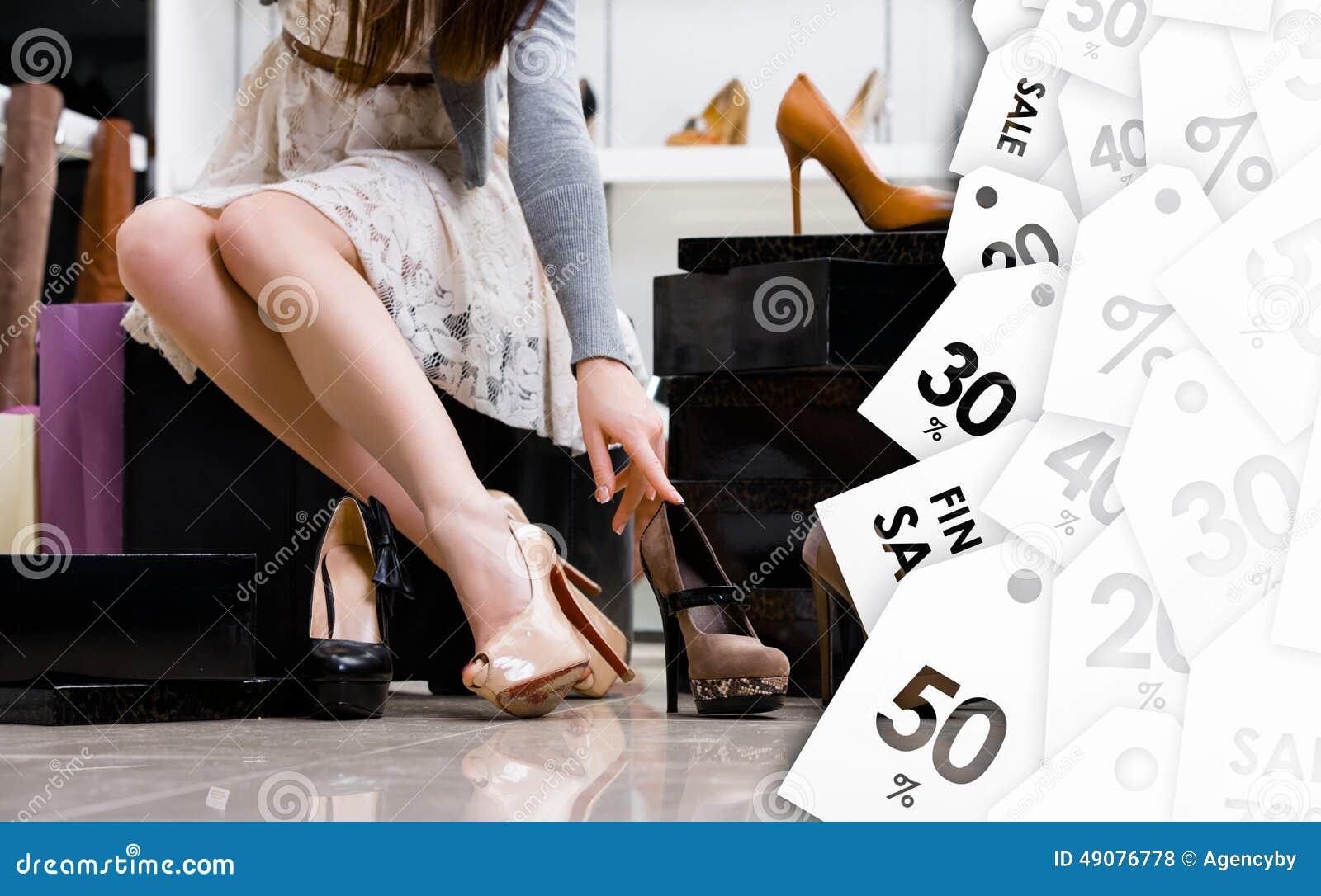Kvinnligben och variation av skor Utförsäljning