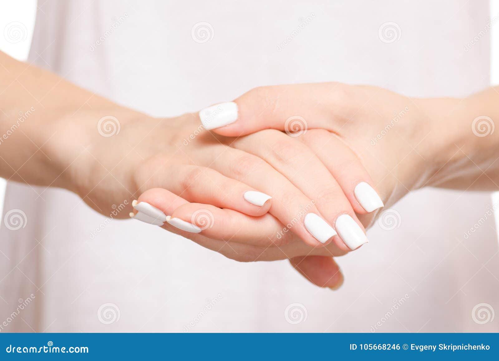 Kvinnlighänder i hållande förtroende för hand