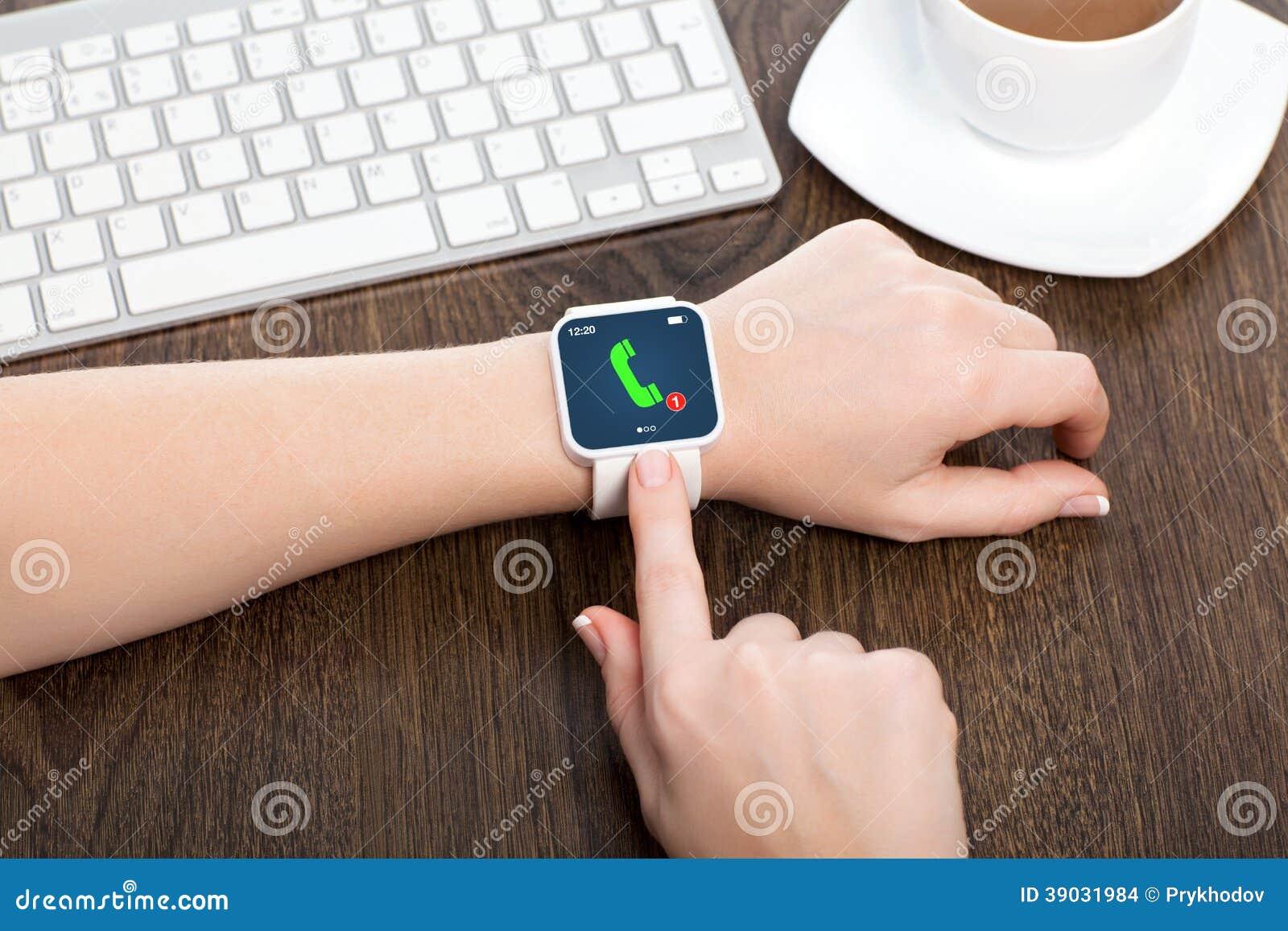Kvinnlighänder med smartwatch med påringning
