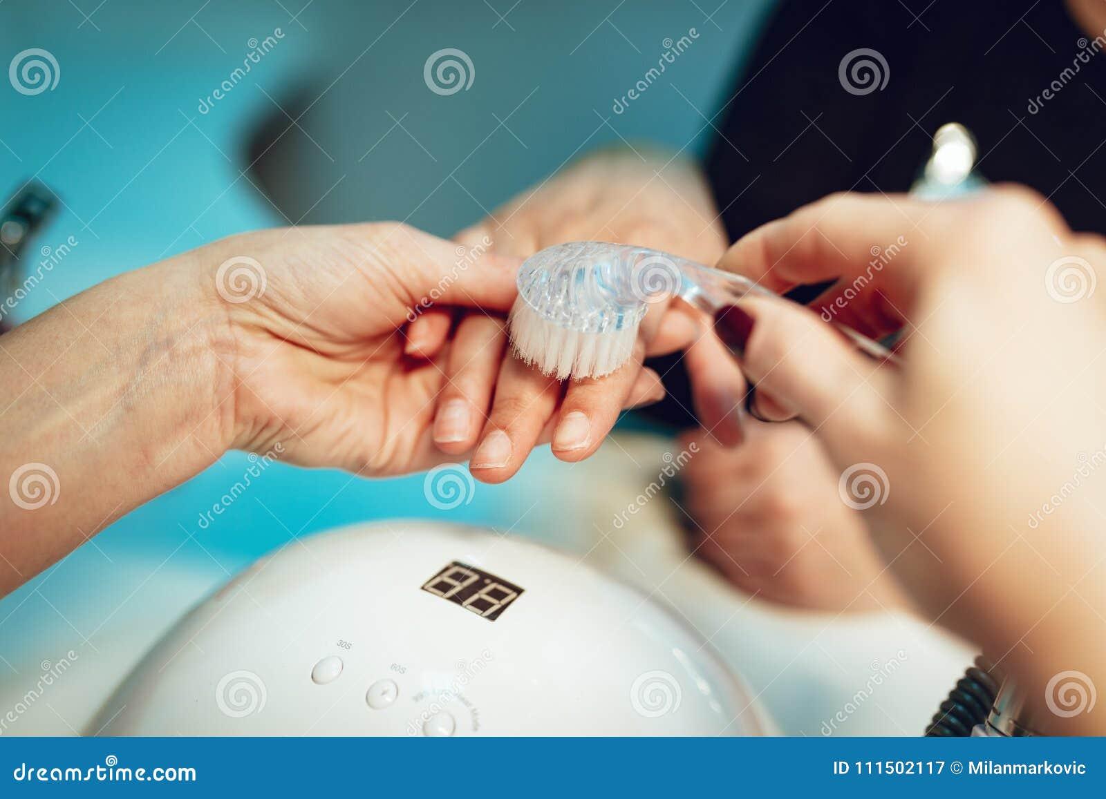 Kvinnlign hands manicurebehandling
