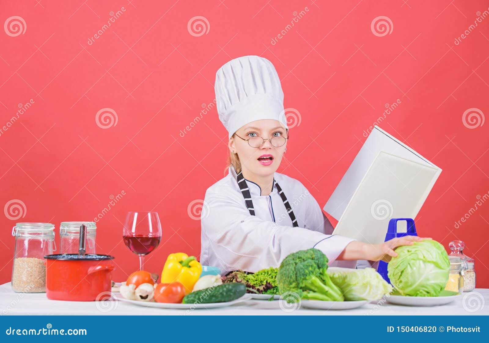 Kvinnlign i hatt och f?rkl?de vet allt om kulinariska konster Kulinarisk expert Kvinnakock som lagar mat sund mat flicka