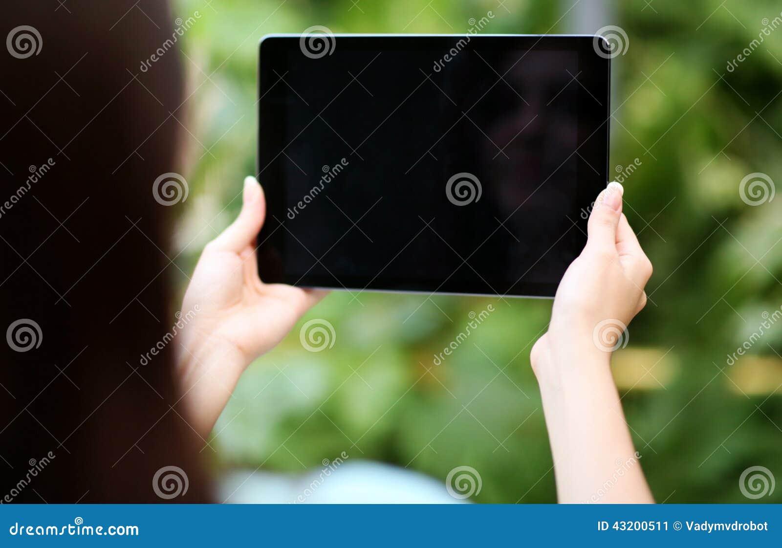 Download Kvinnlign Räcker Den Hållande Minnestavladatoren Fotografering för Bildbyråer - Bild av holding, annonsering: 43200511