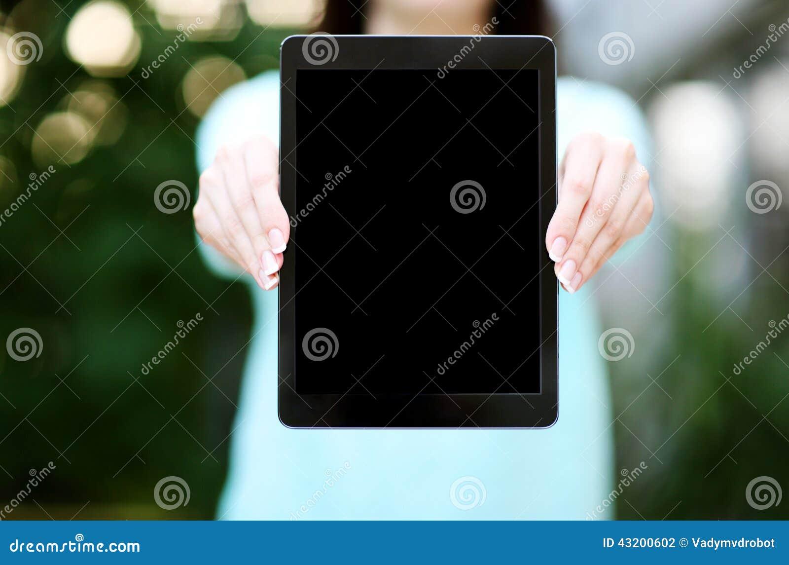 Download Kvinnlign Räcker Den Hållande Minnestavladatoren Arkivfoto - Bild av holding, closeup: 43200602