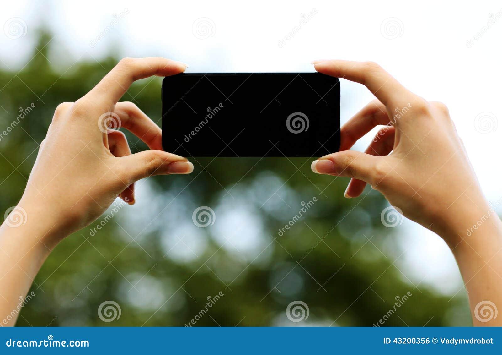 Download Kvinnlign Räcker Den Hållande Smartphonen Arkivfoto - Bild av teknologi, stående: 43200356