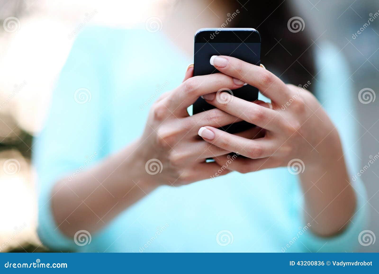 Download Kvinnlign Räcker Den Hållande Smartphonen Arkivfoto - Bild av internet, touch: 43200836