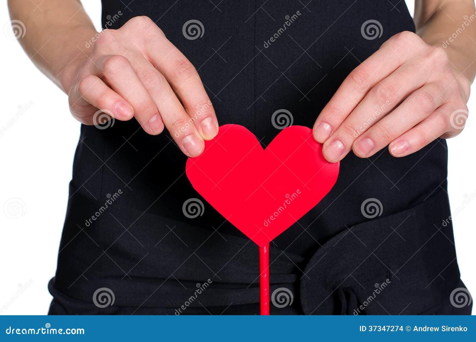 Kvinnlign räcker hållande hjärta ut ur pape