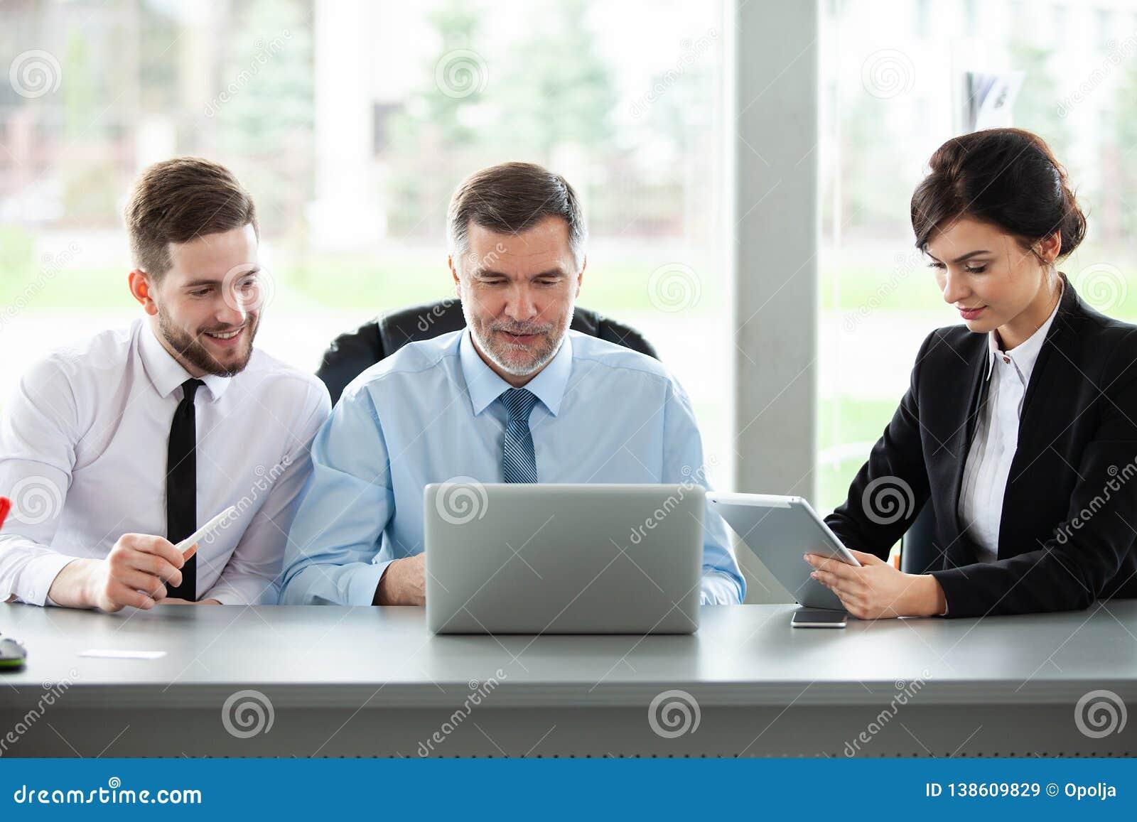 Kvinnlign som manlign models en, sköt tillsammans två som fungerar Affär Team Discussion Meeting Corporate Concept