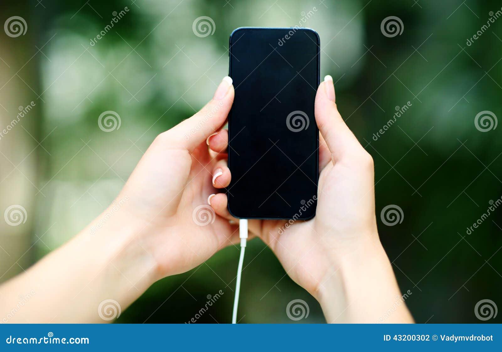 Download Kvinnligt Räcka Hållande Smartphone Arkivfoto - Bild av vertikalt, foto: 43200302
