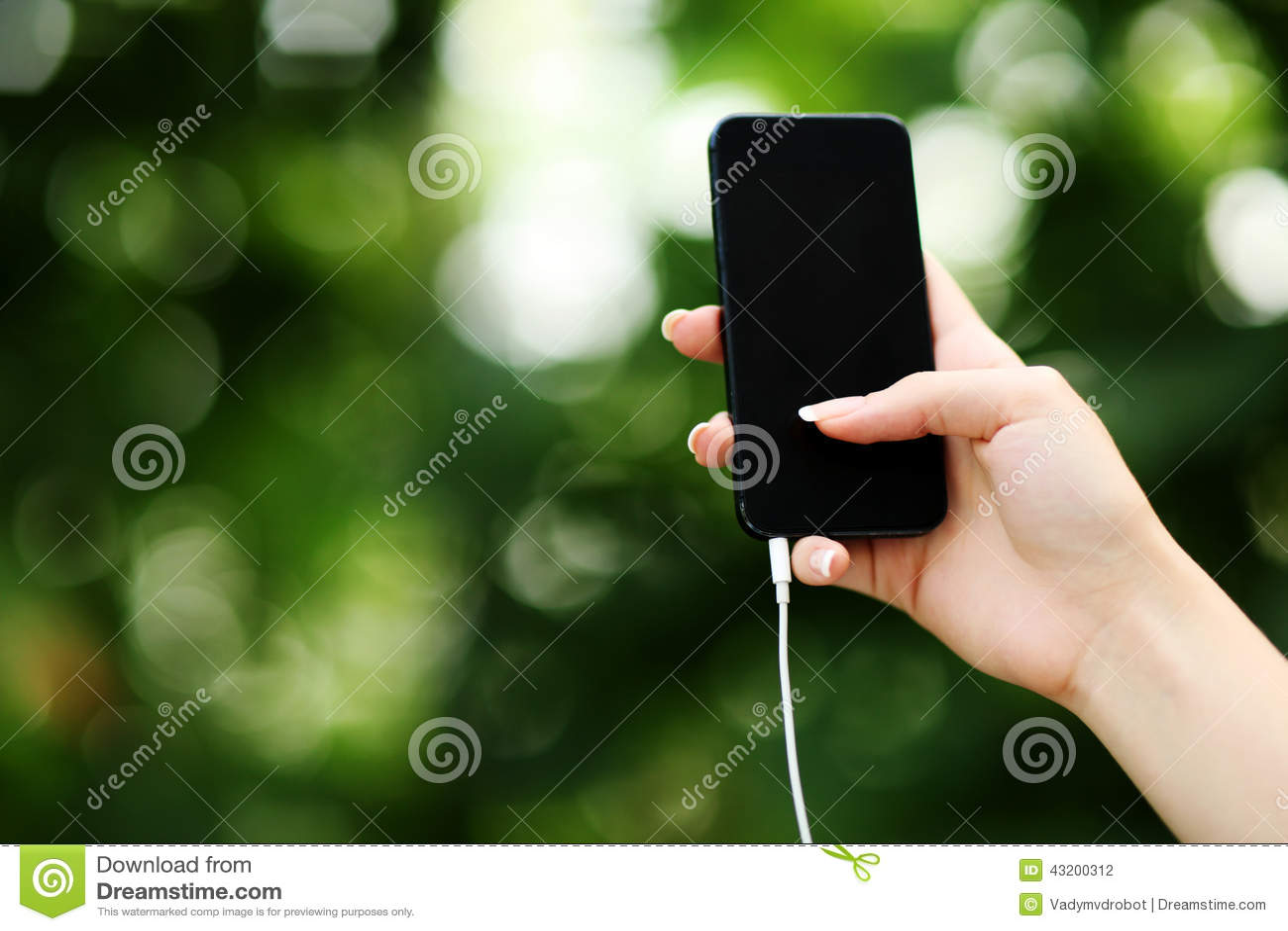 Download Kvinnligt Räcka Hållande Smartphone Arkivfoto - Bild av holding, internet: 43200312