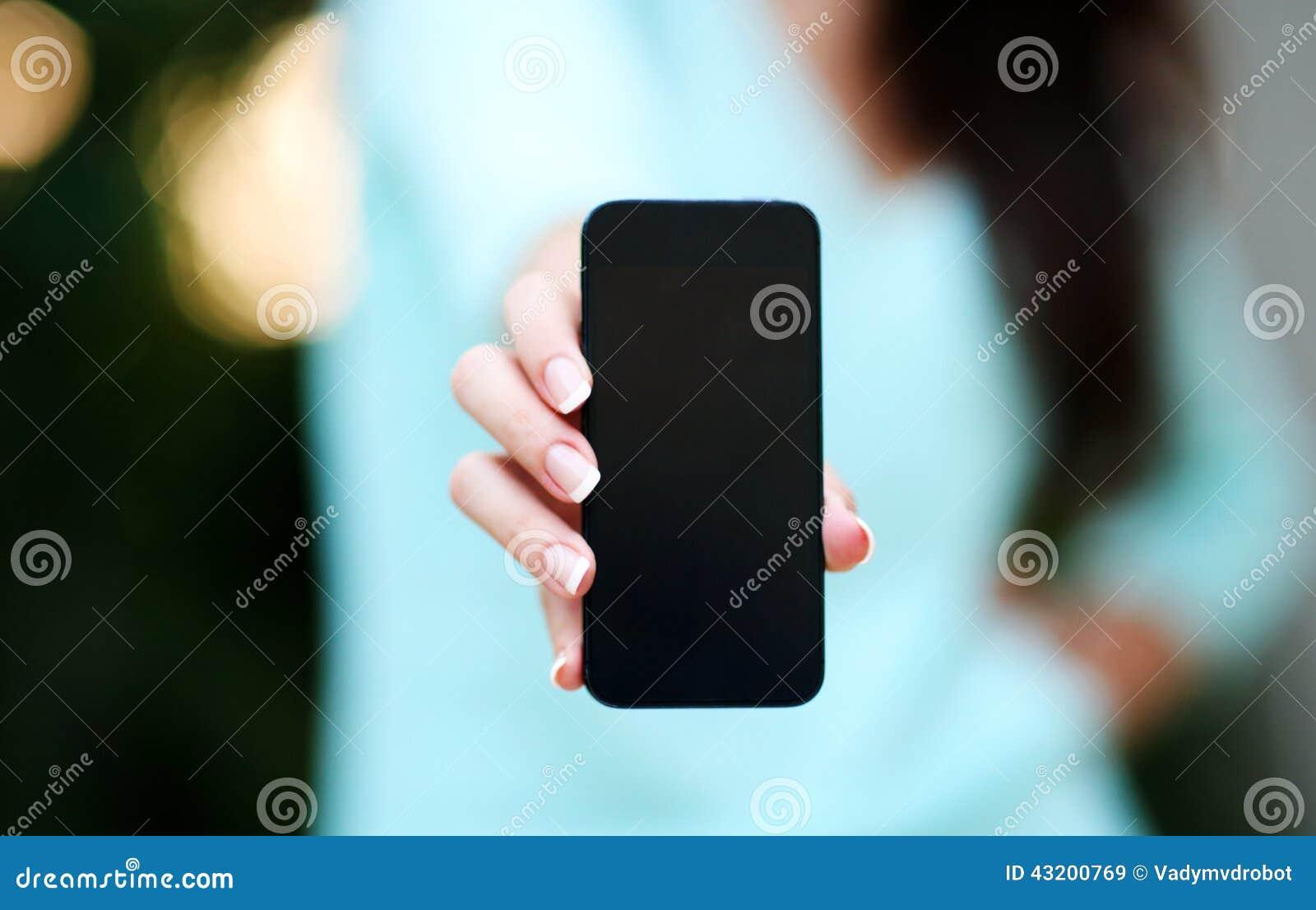 Download Kvinnligt Räcka Hållande Smartphone Fotografering för Bildbyråer - Bild av hand, closeup: 43200769