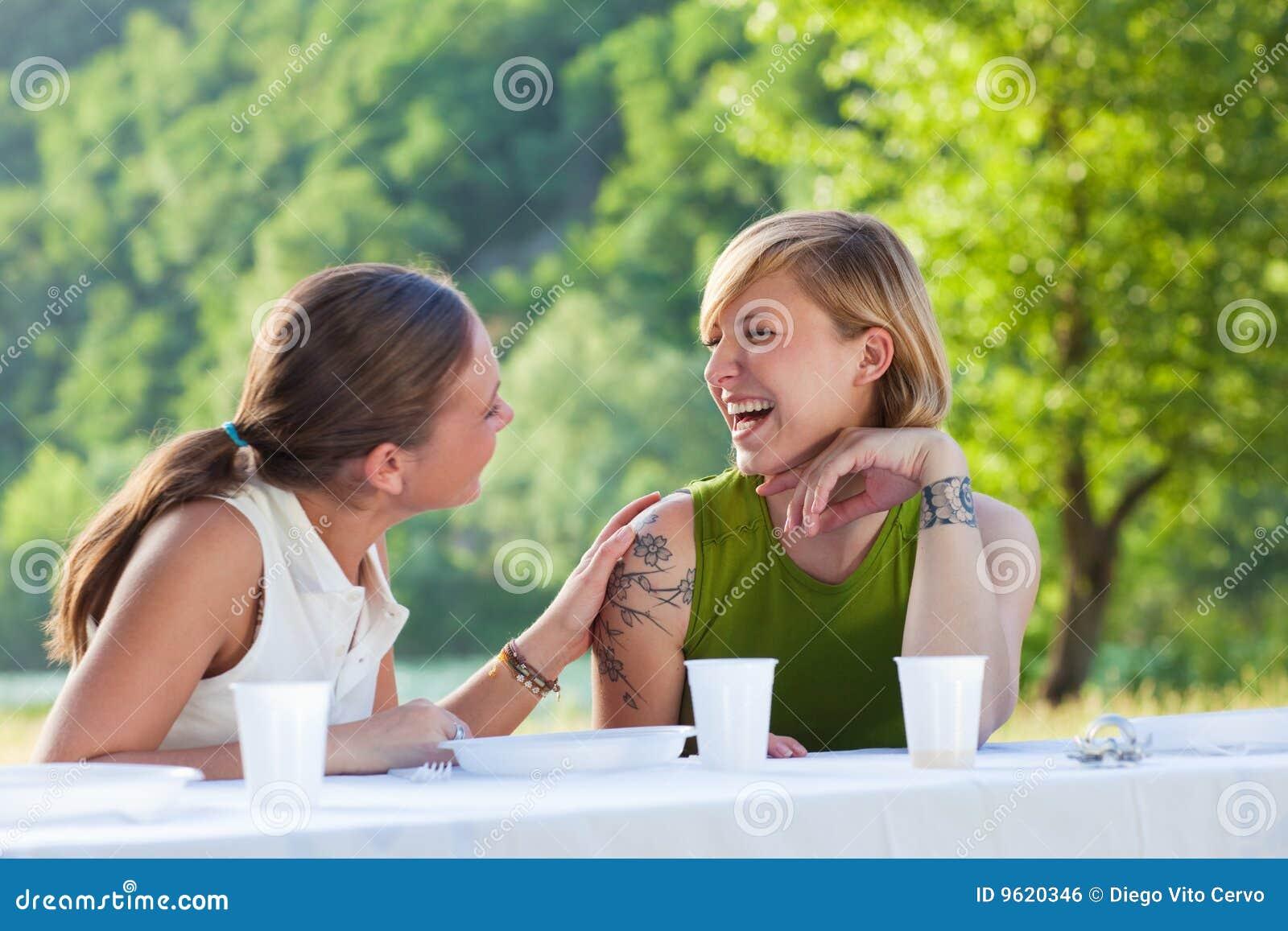 Kvinnligvänner som picknicking