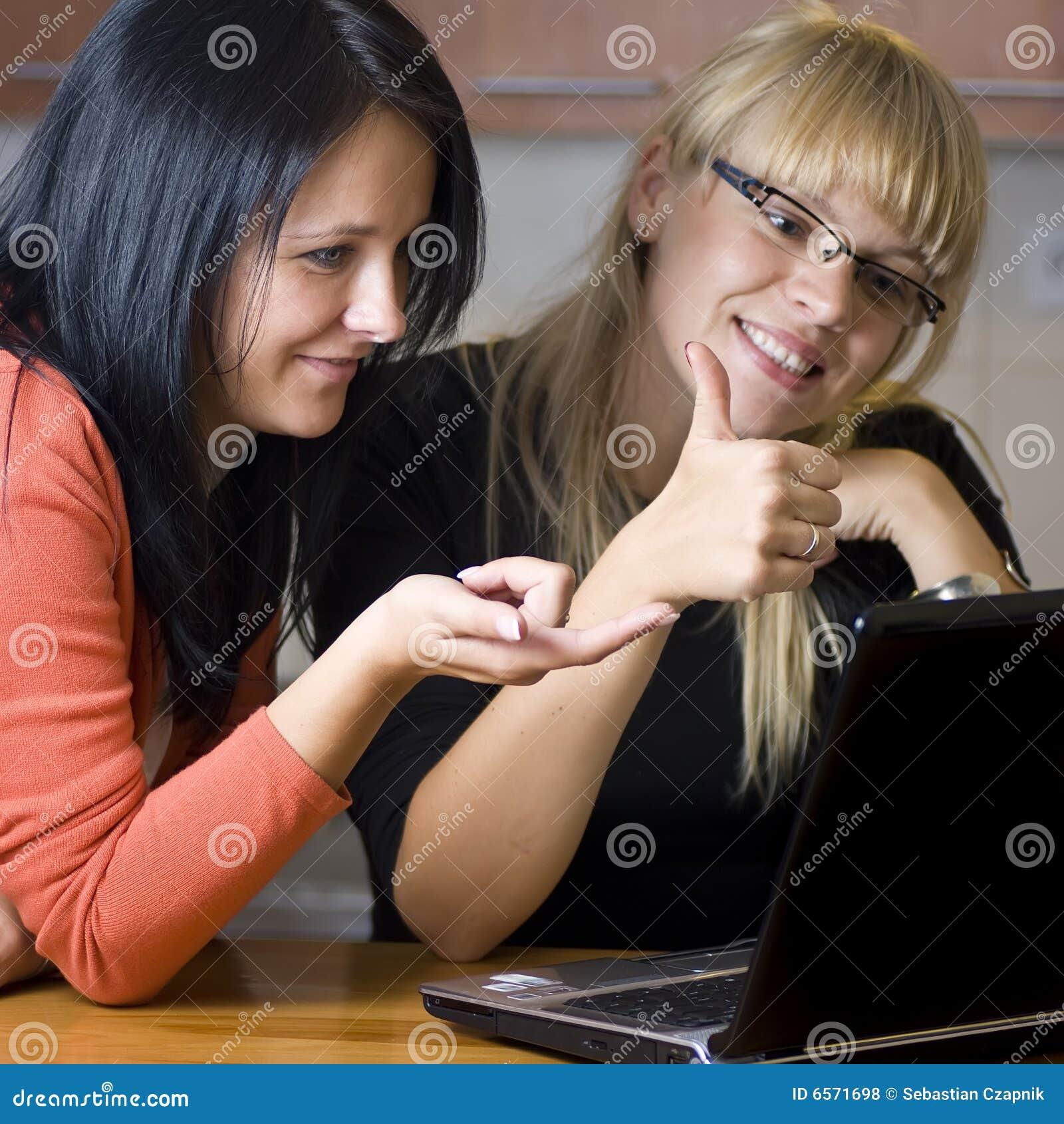 Kvinnor för bärbar dator två