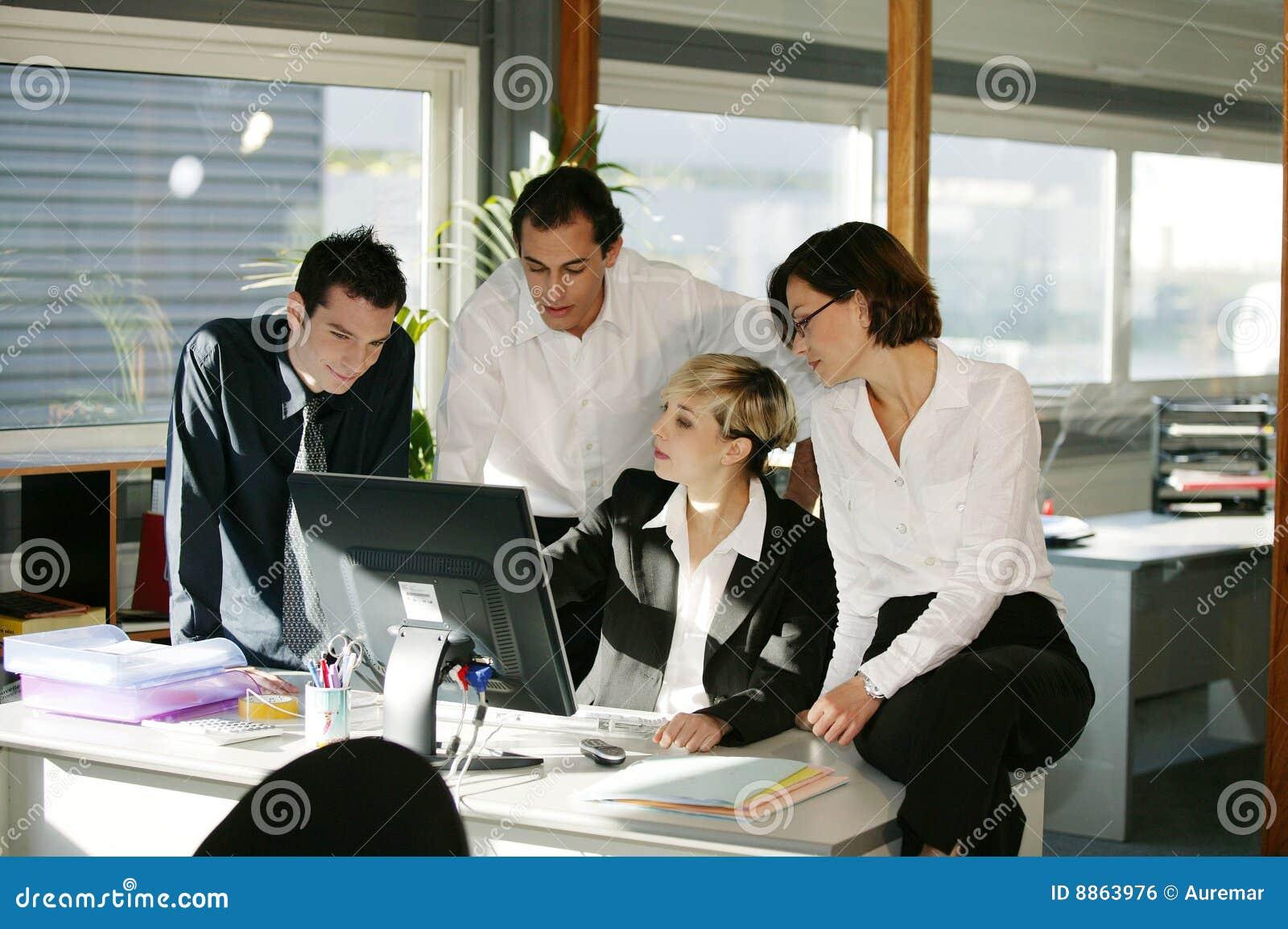 Kvinnor för datorskrivbordmän