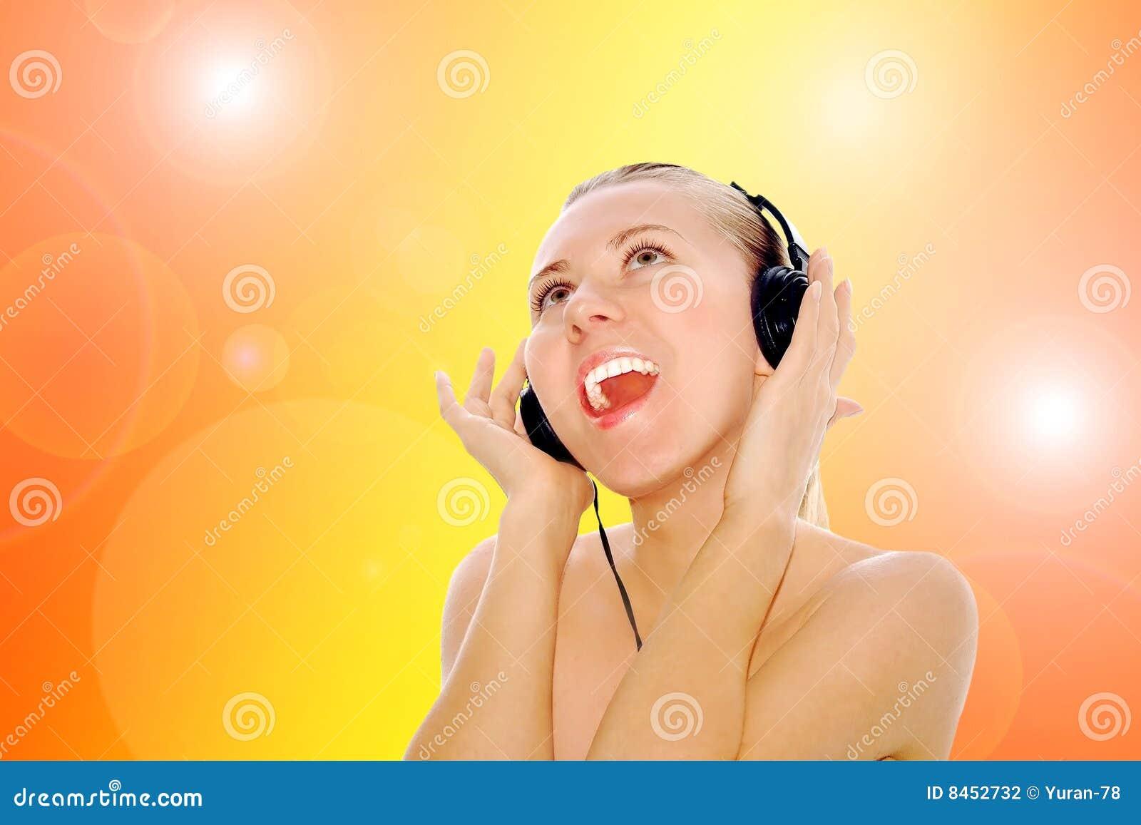 Kvinnor för musik för lyckahörlurar lyssnande