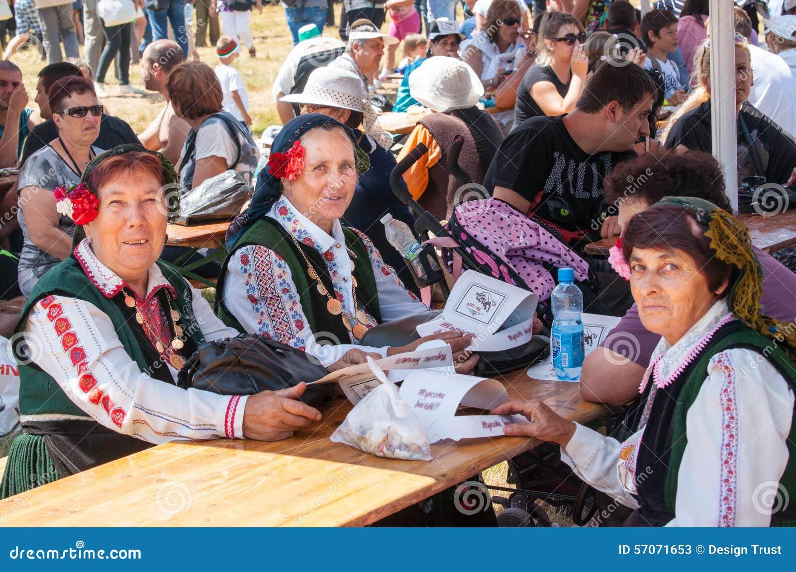 Kvinnor i nationella bulgariska dräkter på festivalen Rozhen 2015