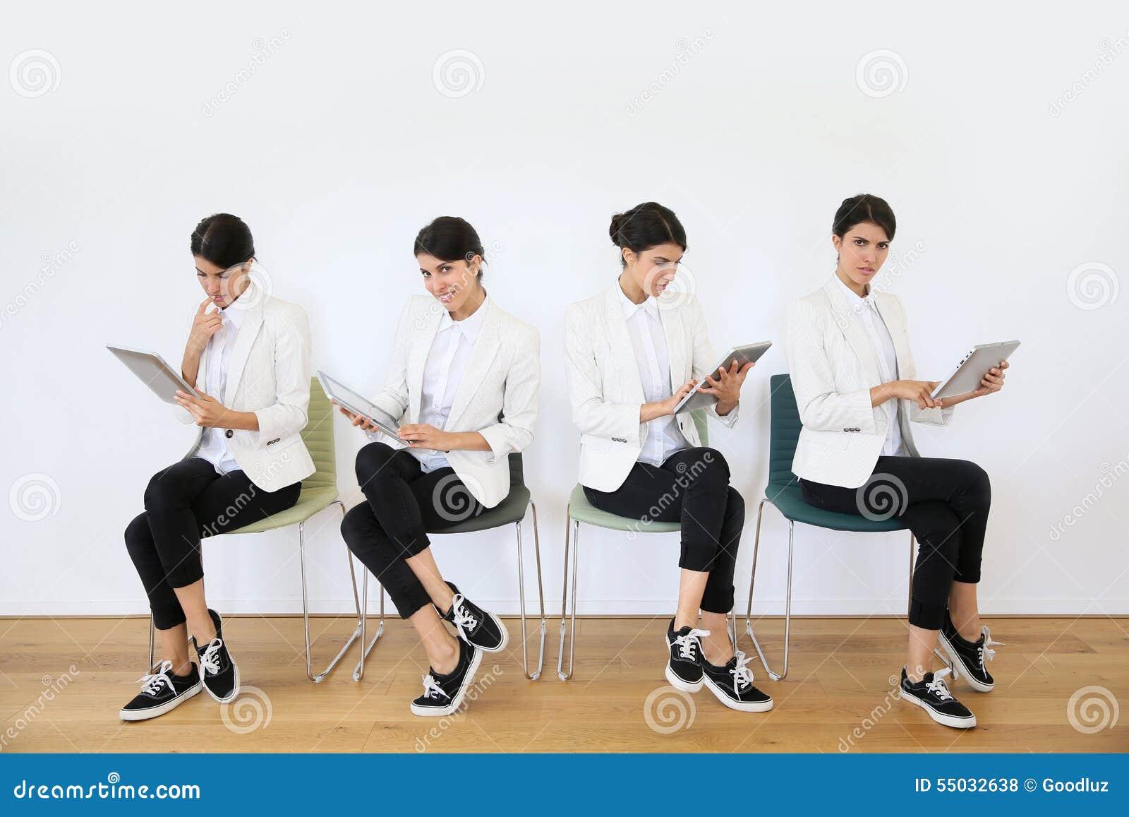 Kvinnor i väntande rum genom att använda minnestavlan