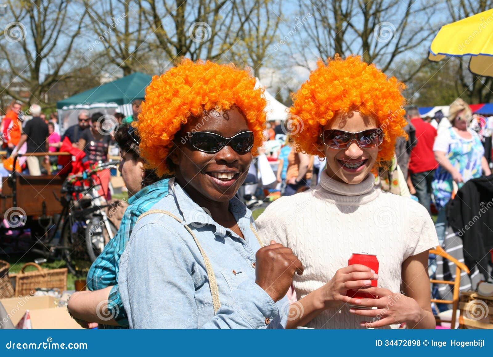 Kvinnor med orange peruker på Kingsday i Amsterdam