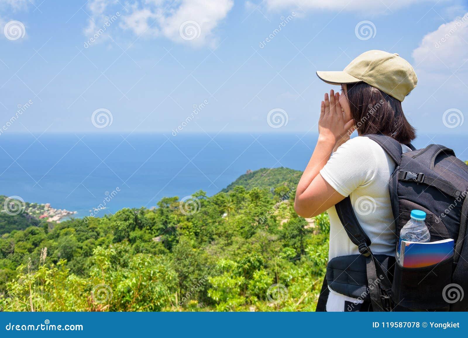 Kvinnor som är turist- på synvinkel på Koh Tao