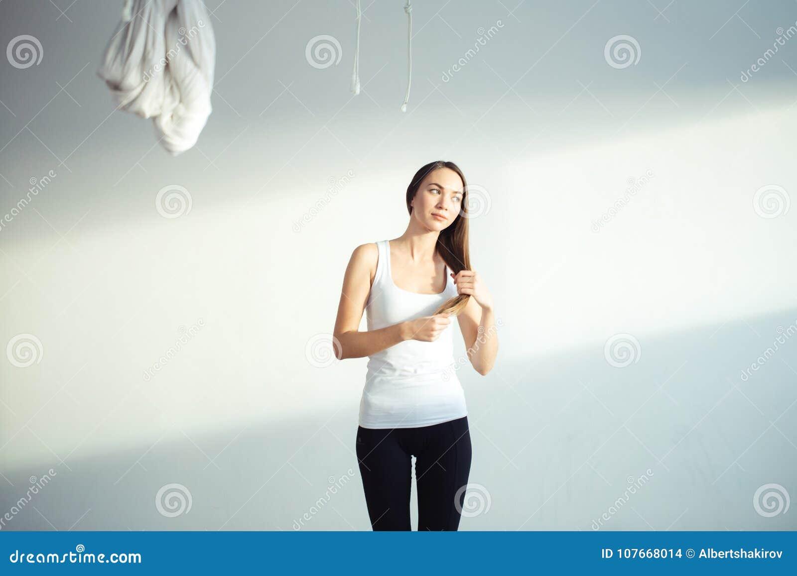Kvinnor som förbereder sig för att göra yoga gör frisyren