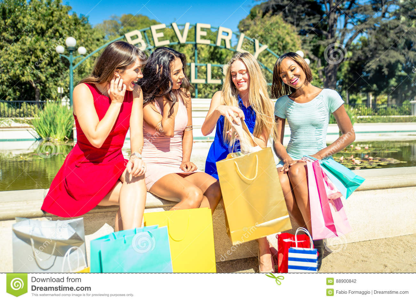Kvinnor som gör shopping i Beverly Hills
