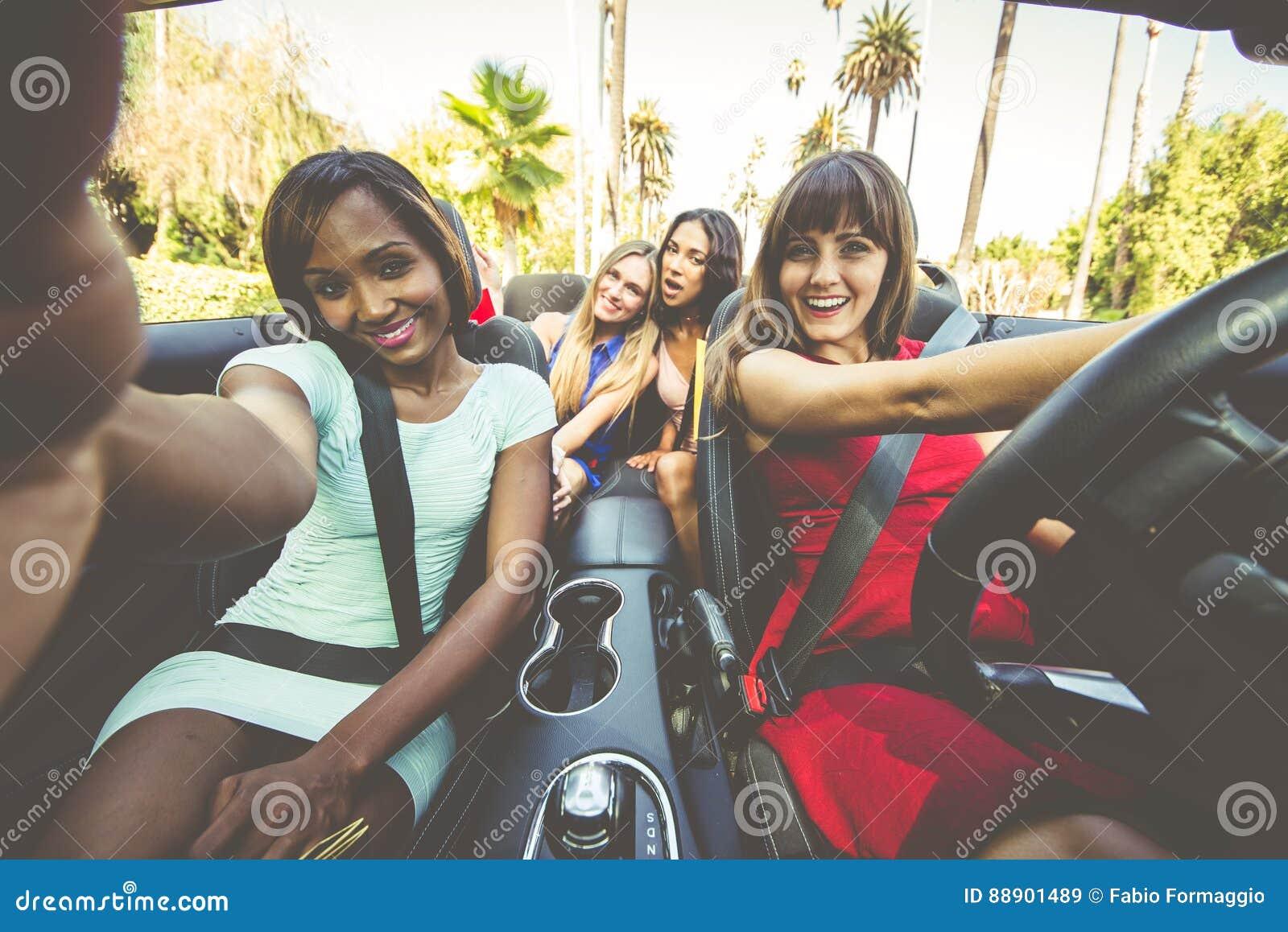 Kvinnor som har gyckel, medan köra i Beverly Hills