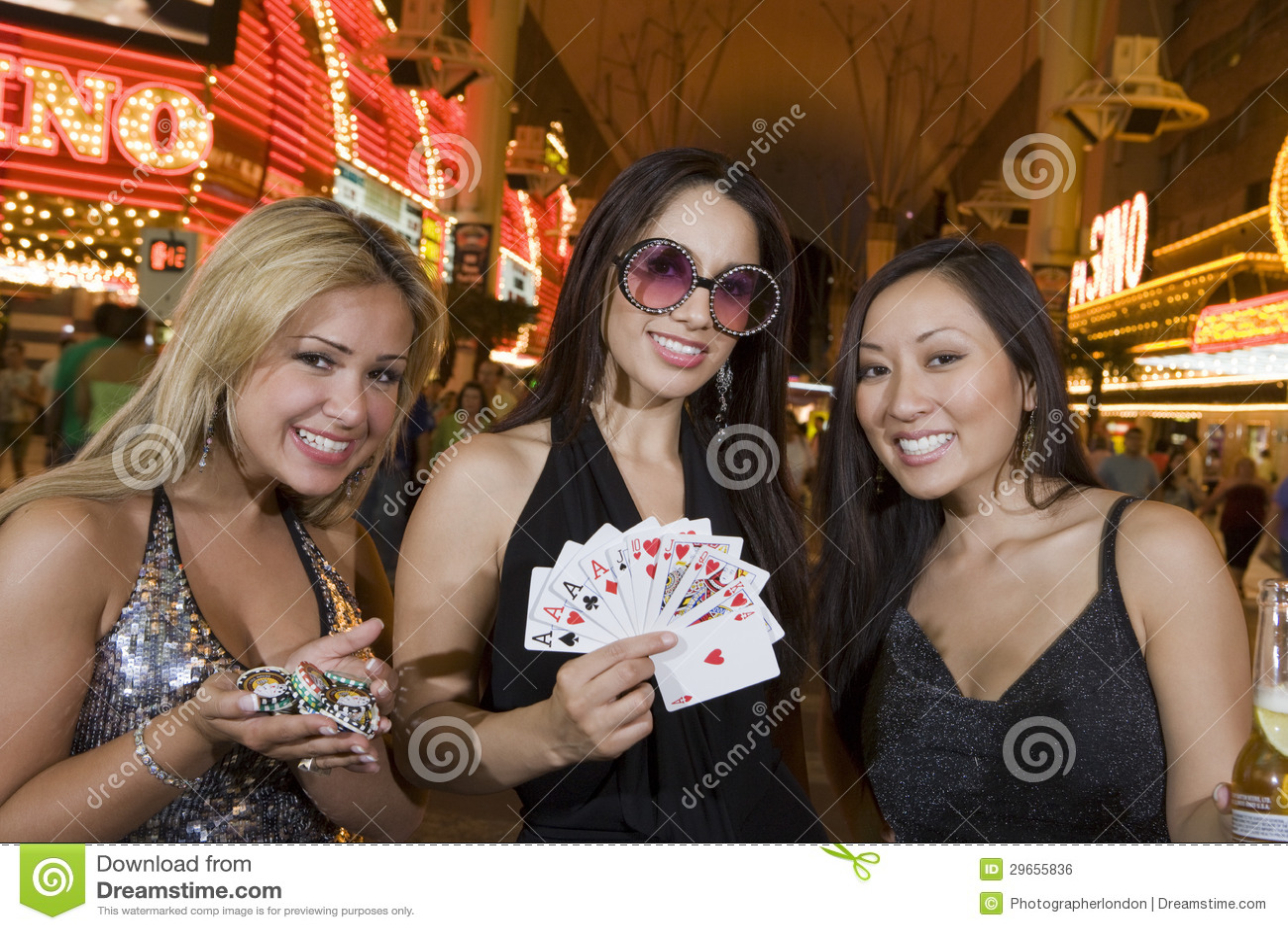 Kvinnor som rymmer kasinochiper och att spela kort och Champagne Bottle