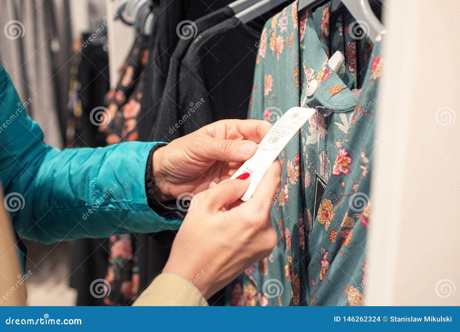 Kvinnor som shoppar på innegrejen, shoppar