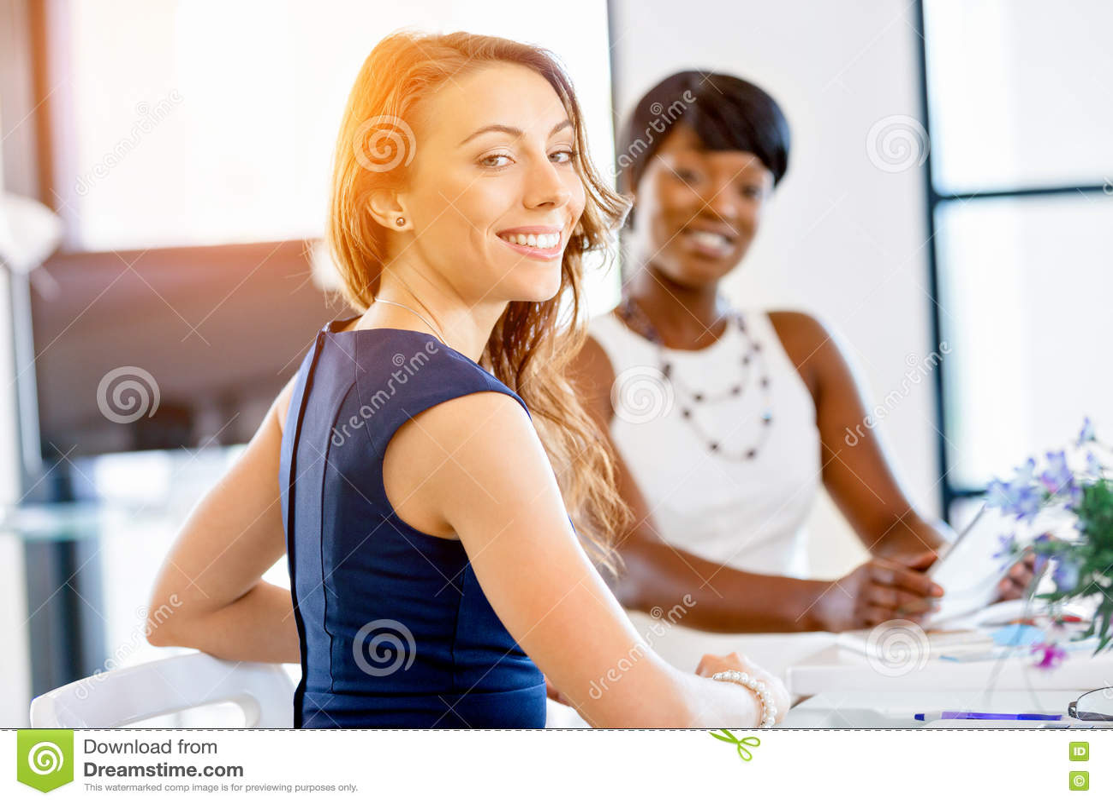 Kvinnor som tillsammans arbetar, kontorsinre