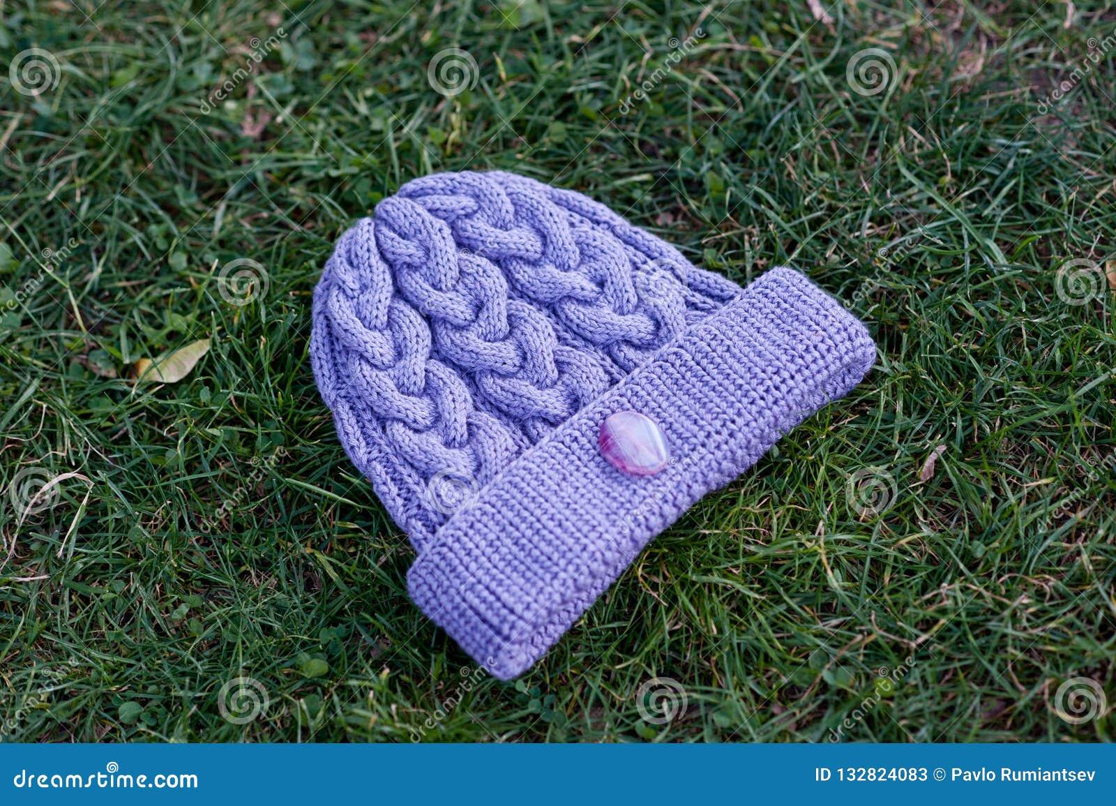 Kvinnors härliga varma woolen hatt med ett stort rät maskaskott i naturligt ljus