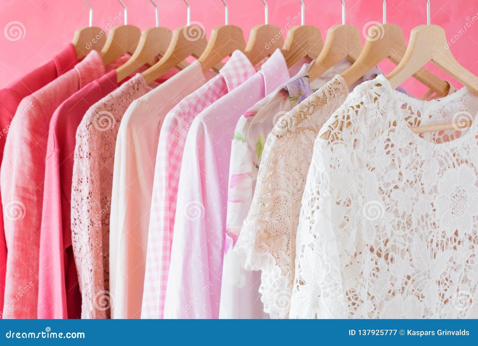 Kvinnors kläder som hänger i rad på kuggen