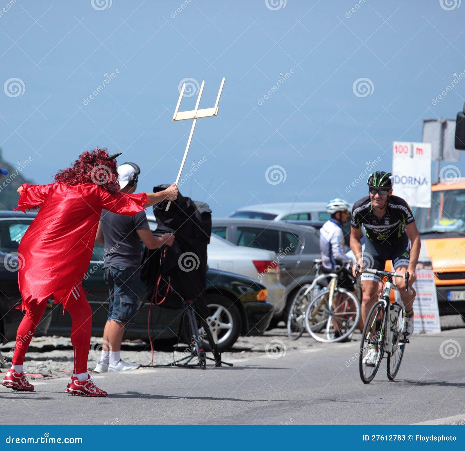 Kwade mascotte die op de fietser wacht