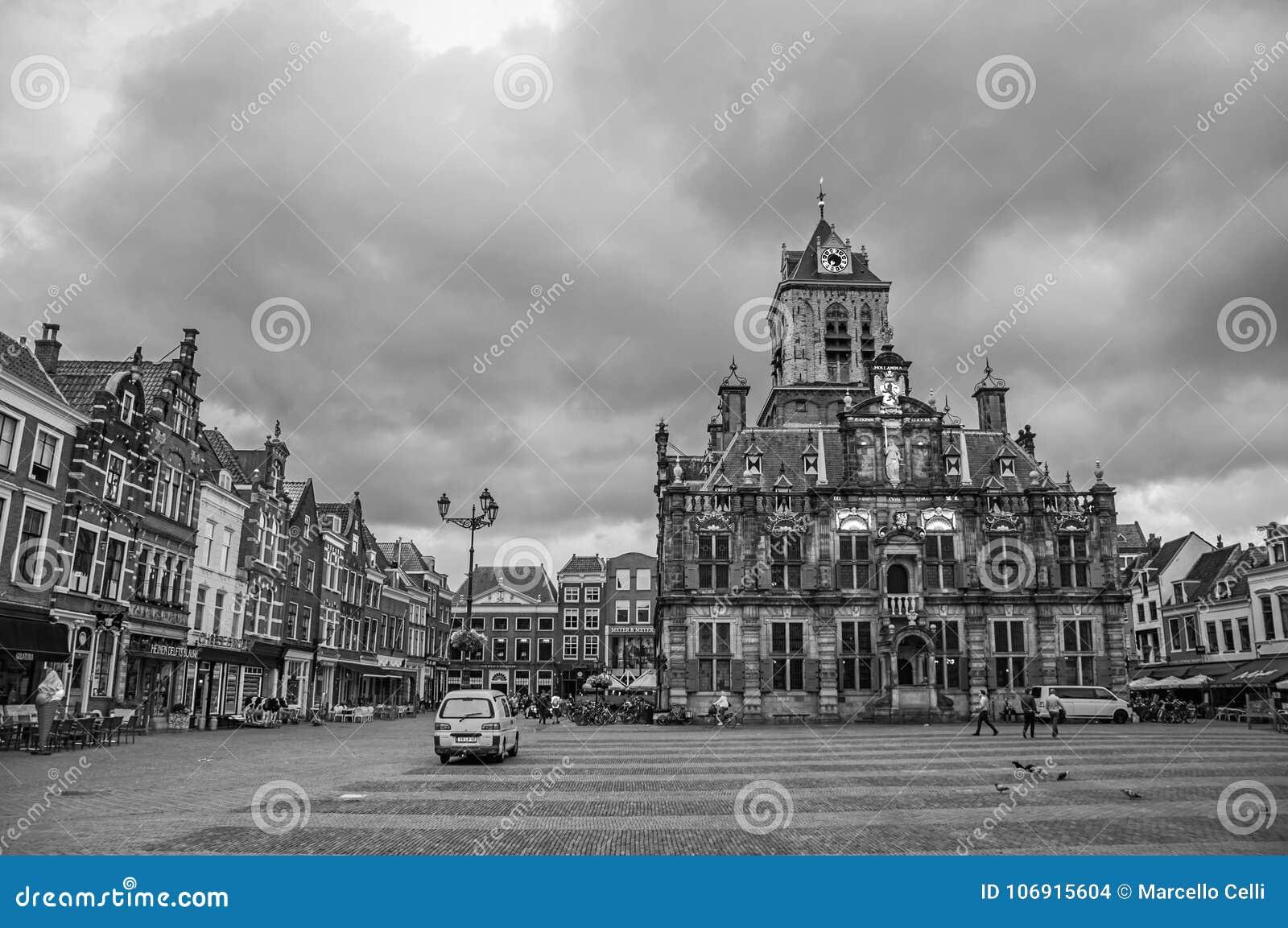 Kwadratowy i Gocki urzędu miasta budynek na chmurnym dniu w Delft